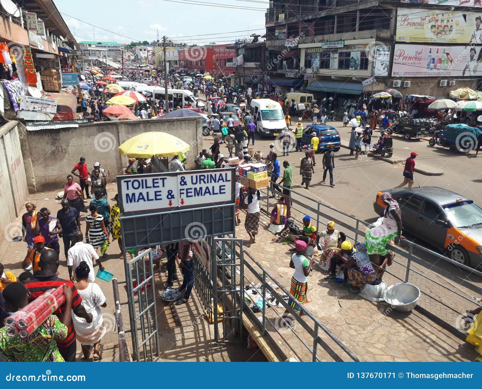 На пути к рынку Kejetia в kumasi самый большой рынок под открытым небом в Западных Африках