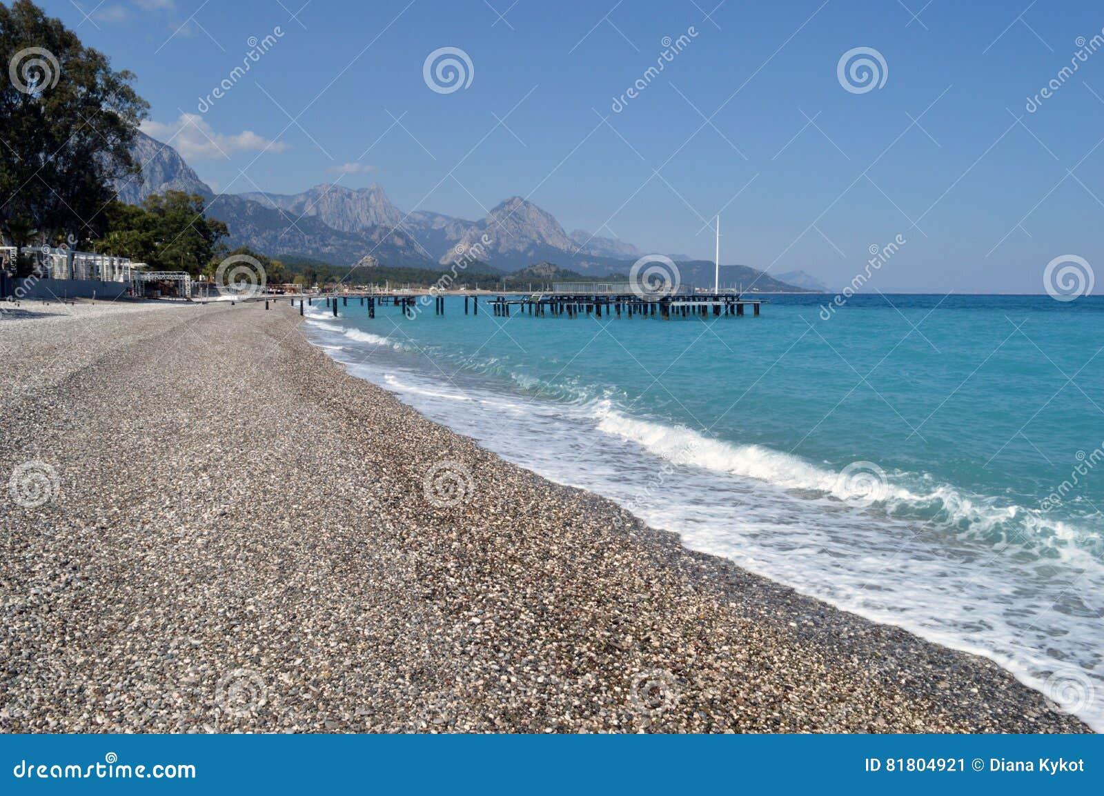 На пляже моря бирюзы