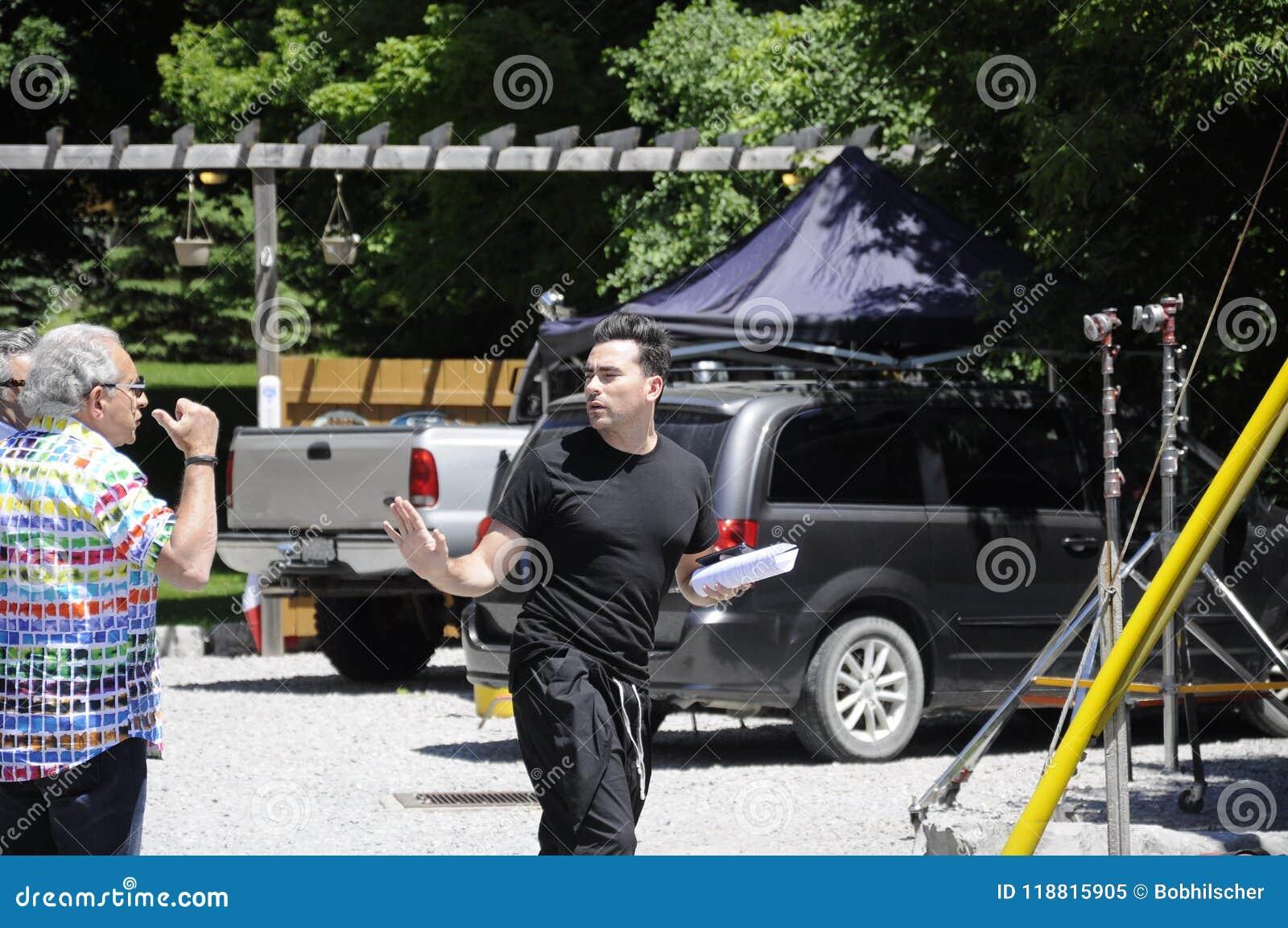 На репетиции фильма ` заводи ` s Schitt ` положения отличая канадским актером, взимание налогов Даниеля