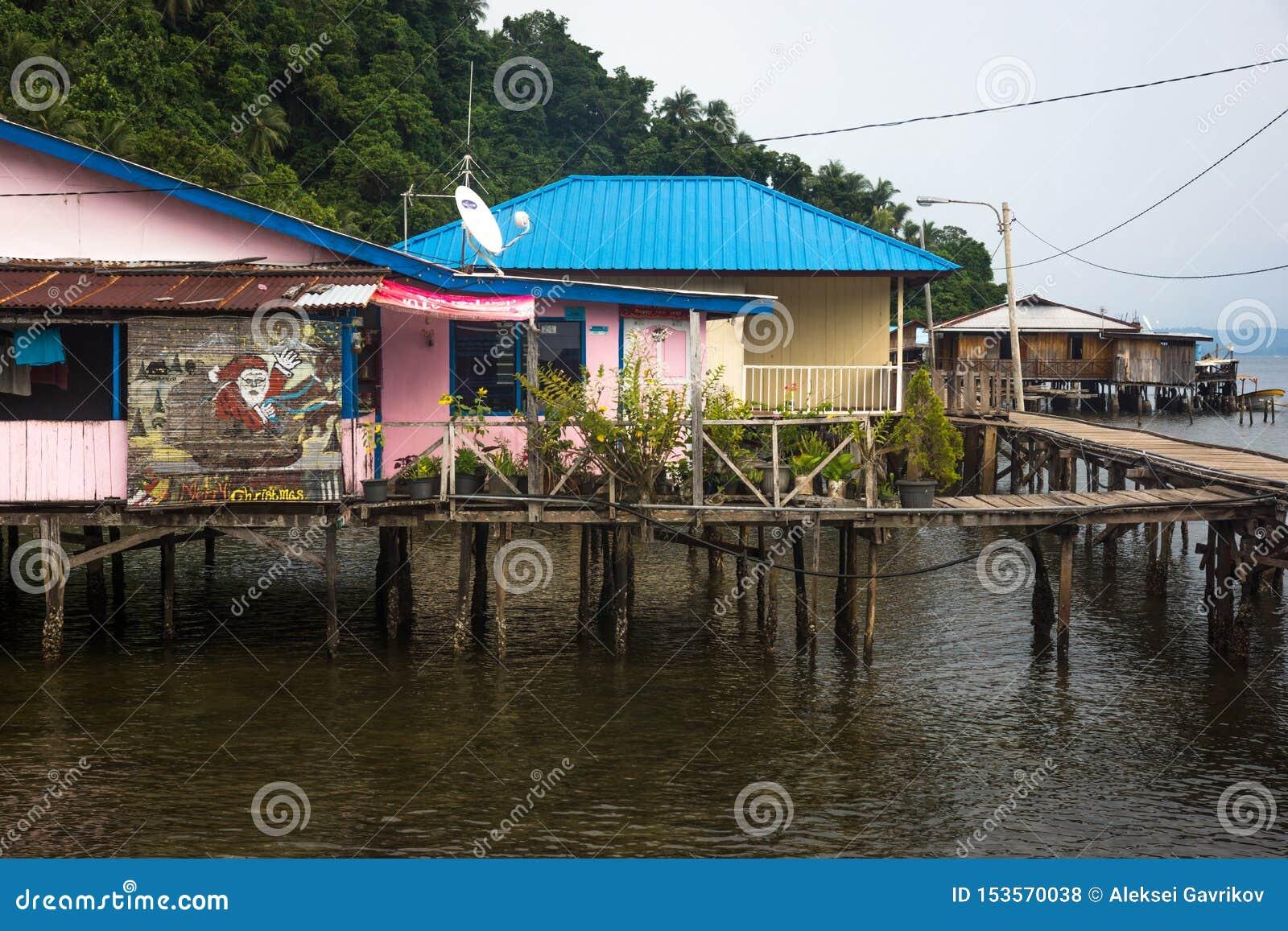 Небольшая удаленная деревня папуасского