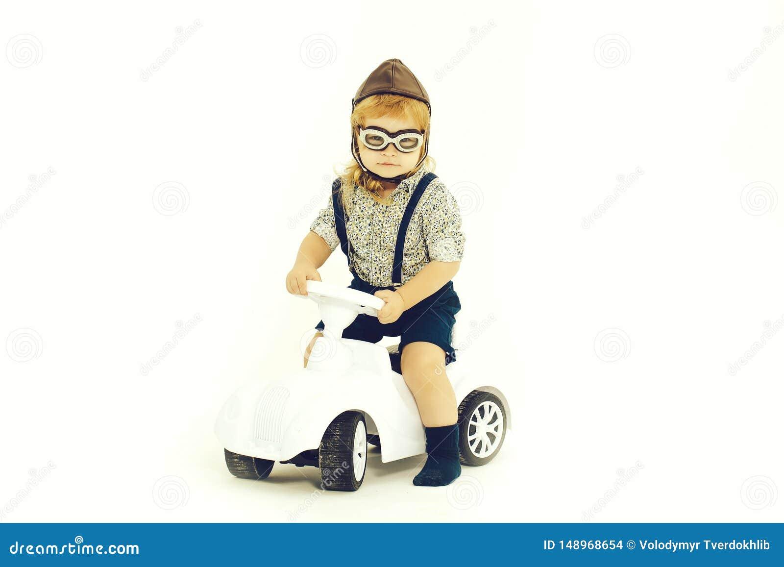 Небольшие водитель или пилот мальчика изолированные на белизне