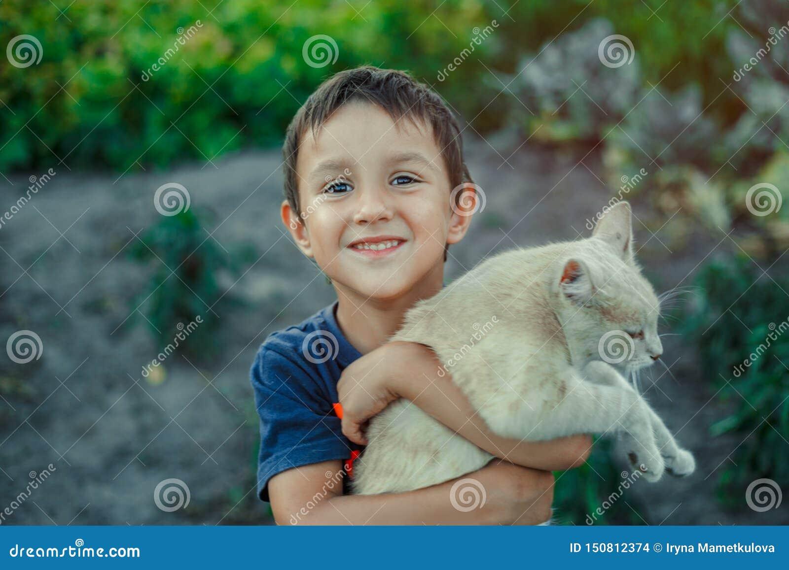 Небольшой мальчик забота об его коте