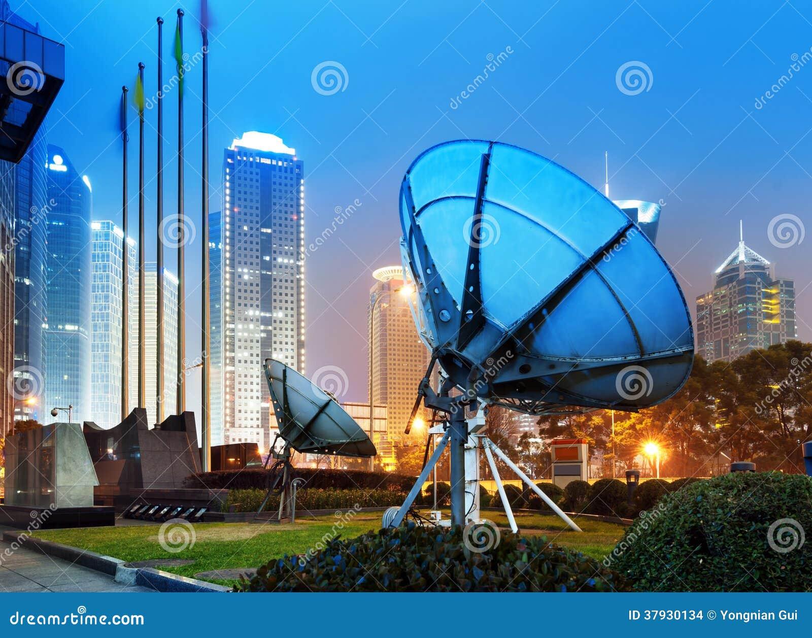 Небоскребы и спутниковая антенна Шанхая