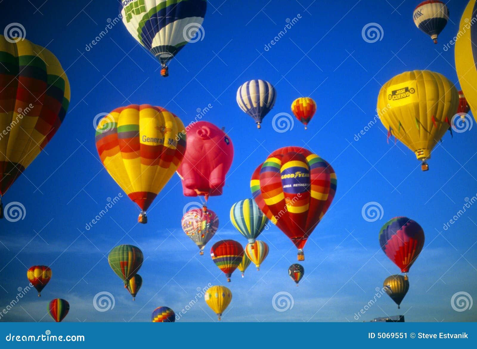 небо воздушных шаров agaisnt голубое горячее