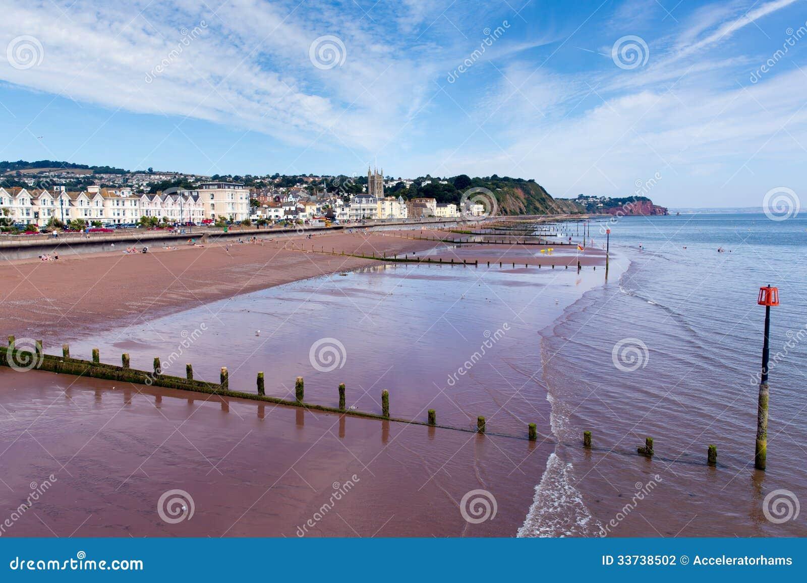 Небо Девона песчаного пляжа Teignmouth голубое и белые облака