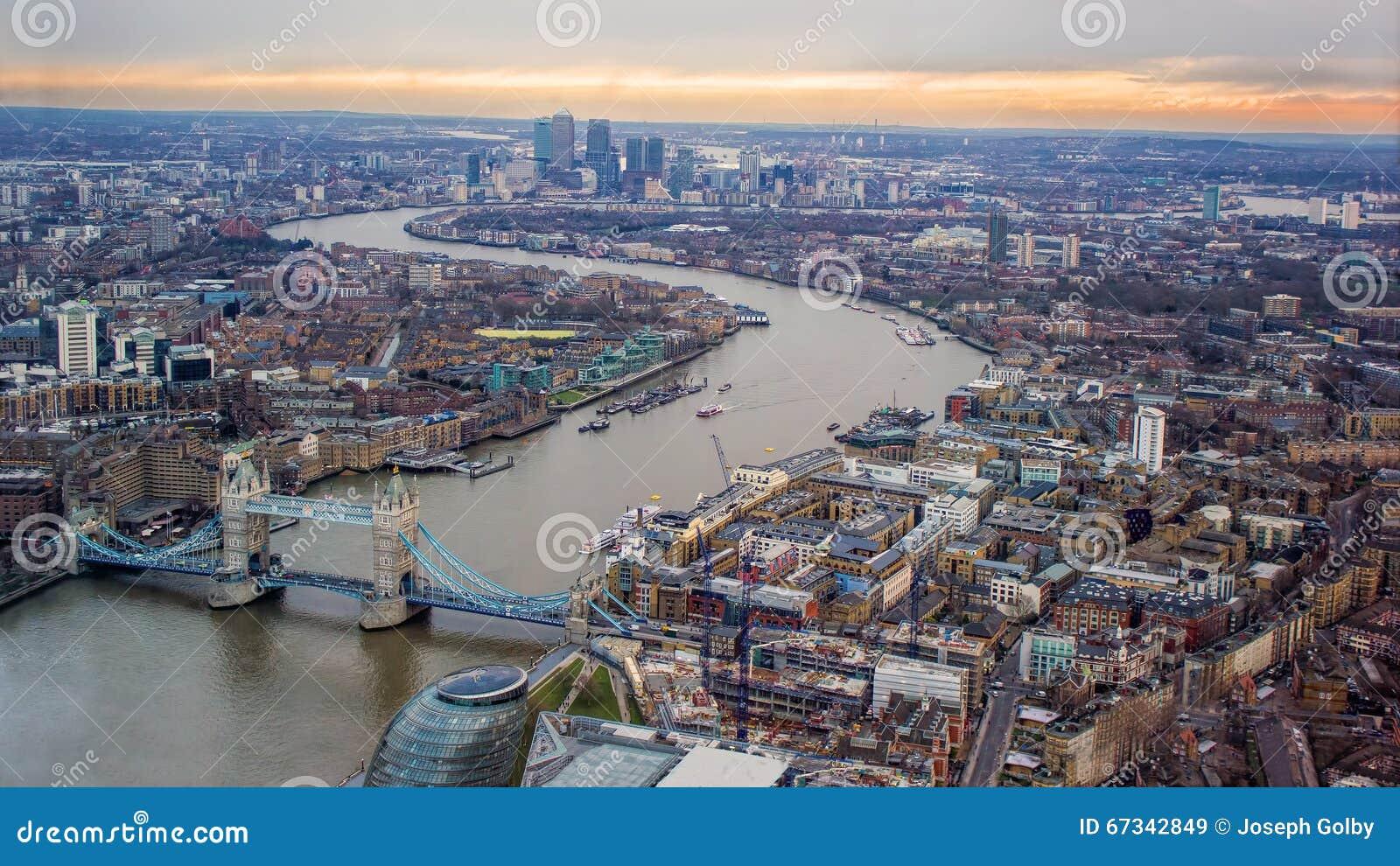 Небо захода солнца вечера Лондона Смотрящ восточный, река Темза, мост башни, канереечный причал