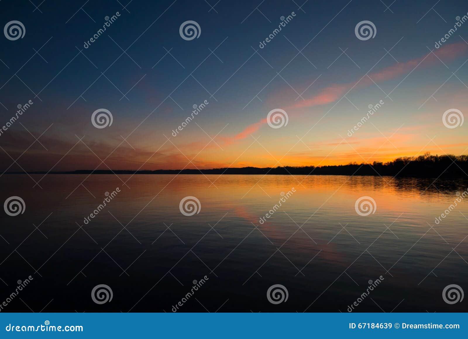 Небо захода солнца на озере жутком