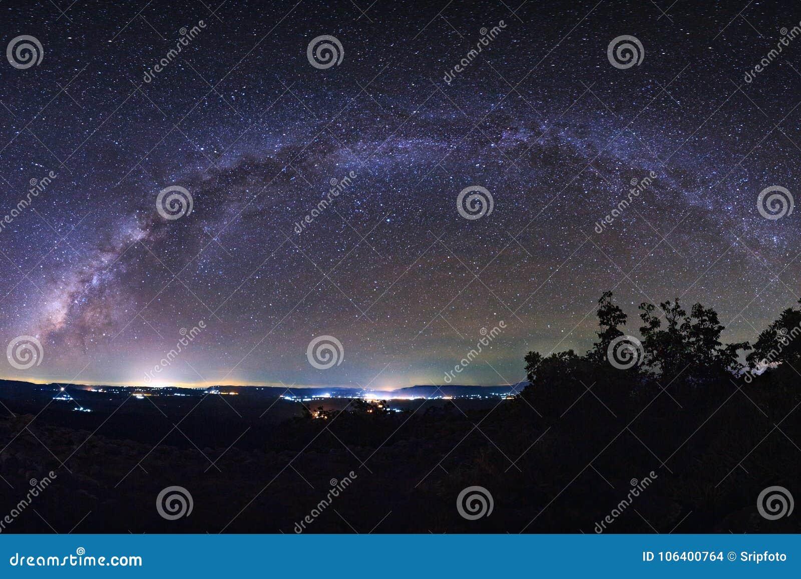 Небо звездной ночи, галактика млечного пути с звездами и космос пылятся внутри