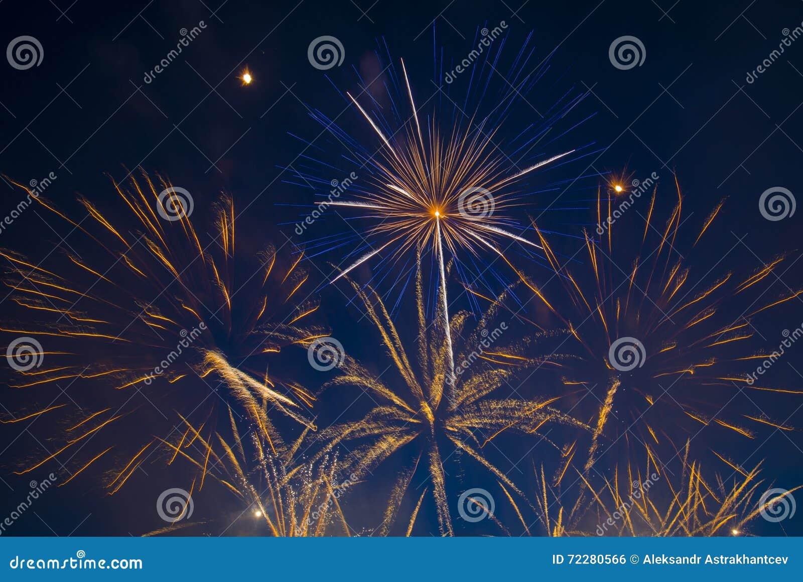 Download небо независимости 2 голубое феиэрверков мрачного дня Стоковое Фото - изображение насчитывающей часть, празднует: 72280566