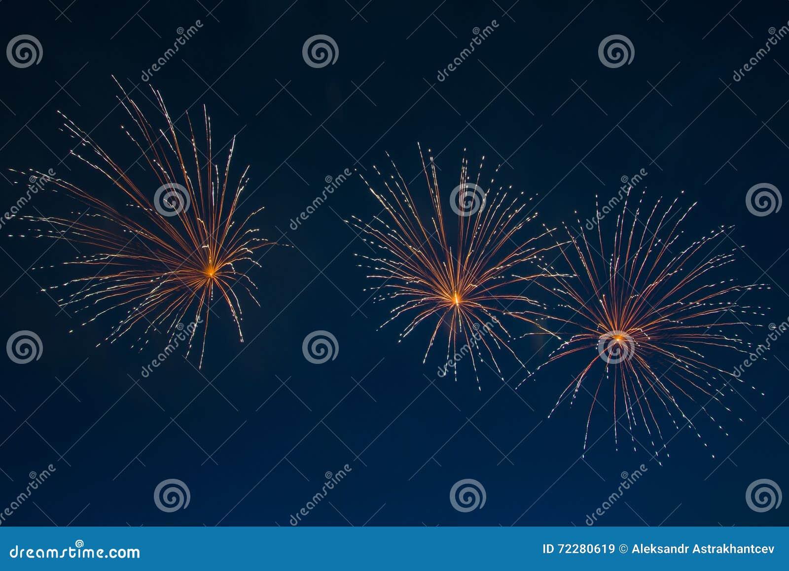 Download небо независимости 2 голубое феиэрверков мрачного дня Стоковое Изображение - изображение насчитывающей америка, празднично: 72280619