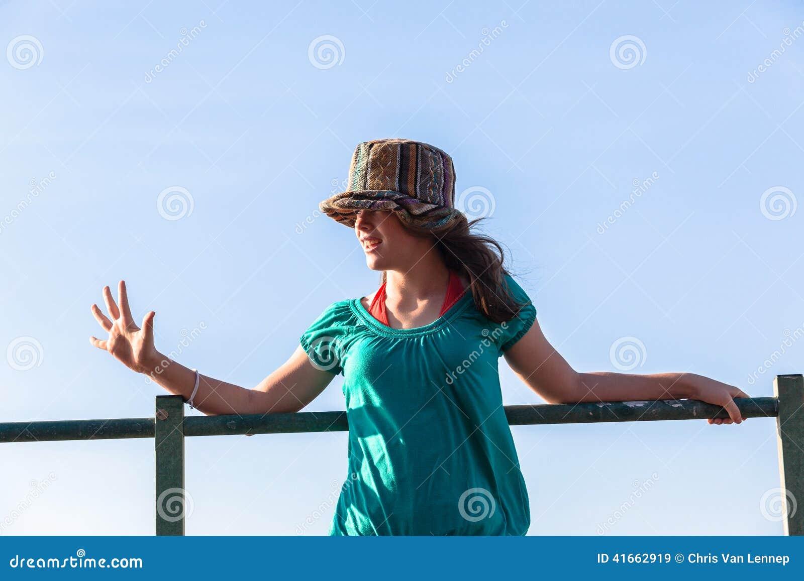 Небо предназначенных для подростков выражений шляпы девушки голубое