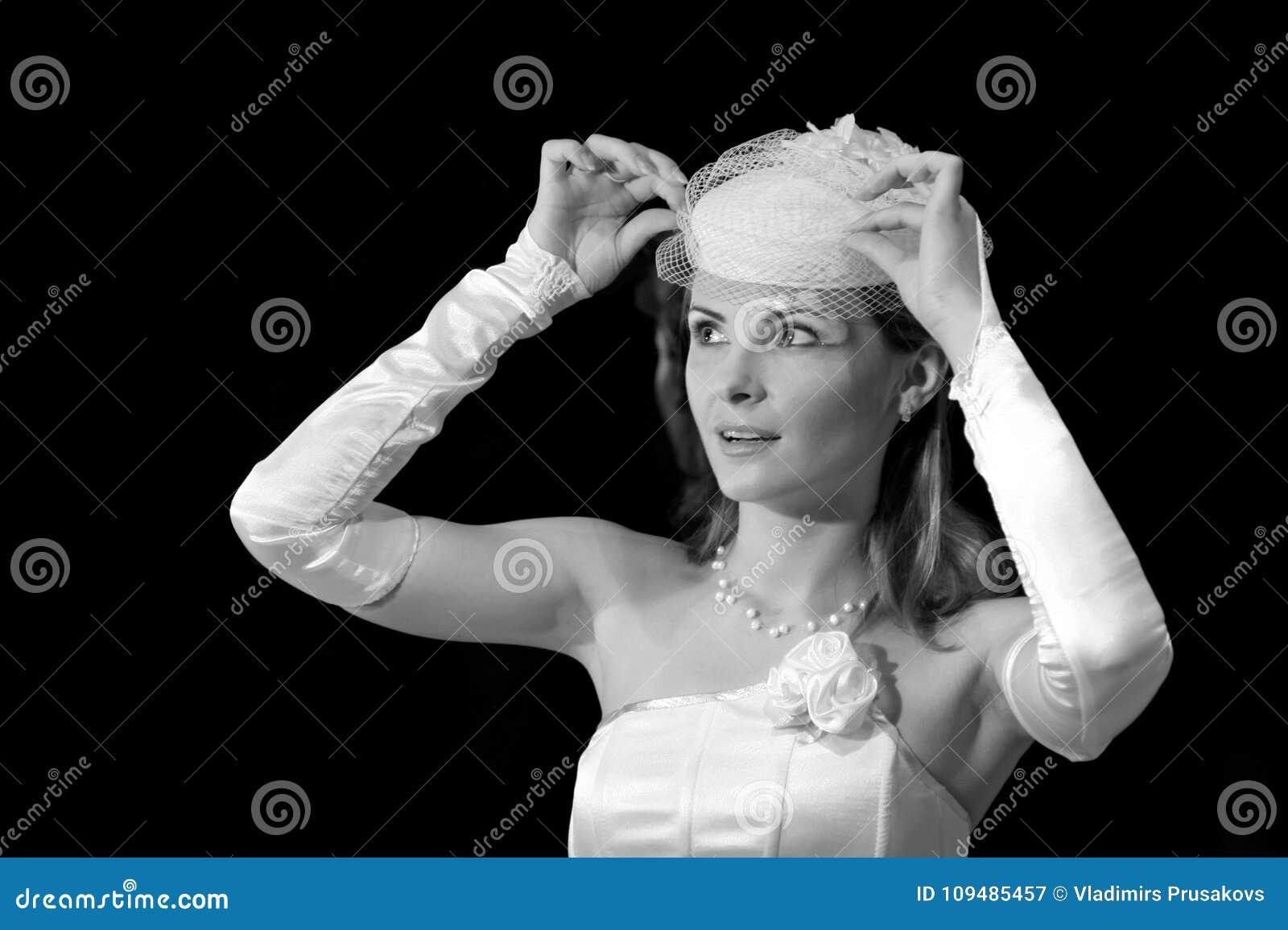 Невеста в шляпе свадьбы подняла вуаль, изумленный портрет женщины
