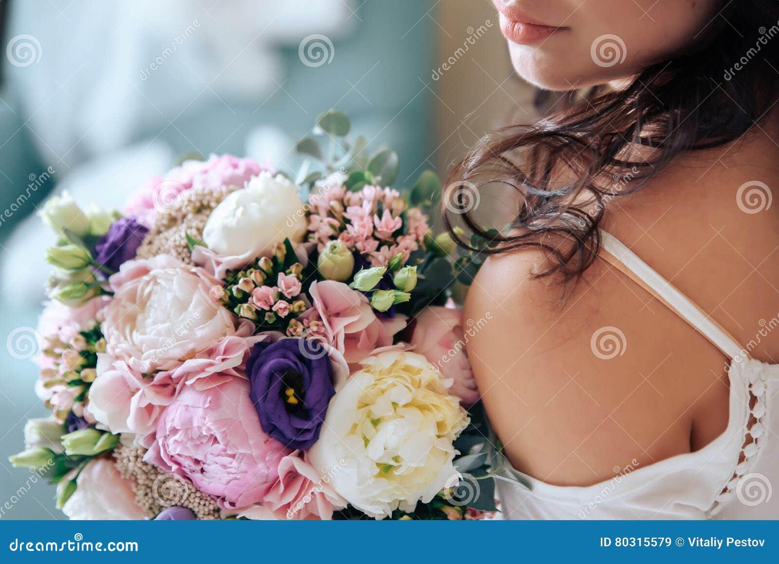 Невеста держа букет цветков в деревенском стиле, wedding