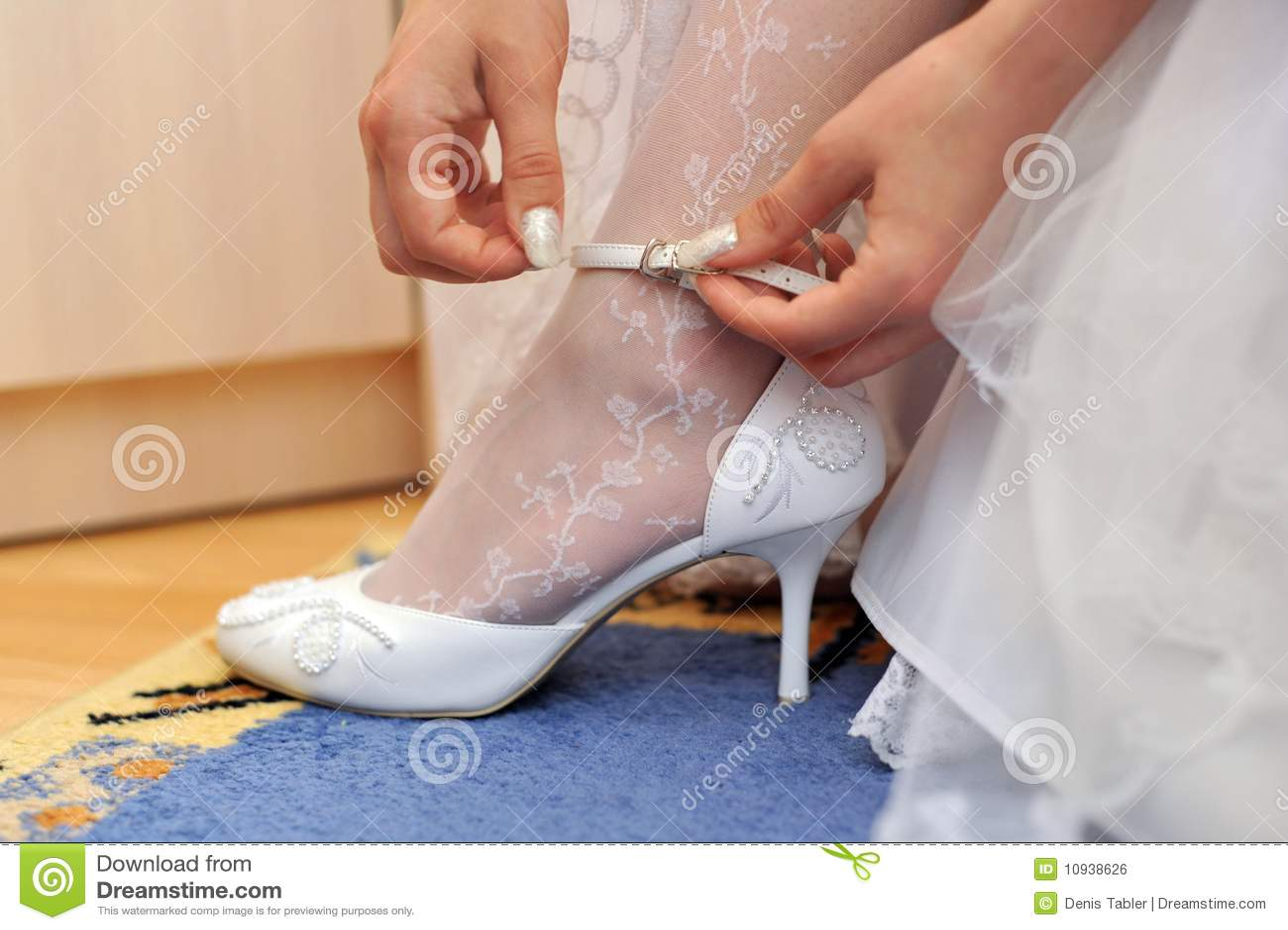 невеста кладет ботинок