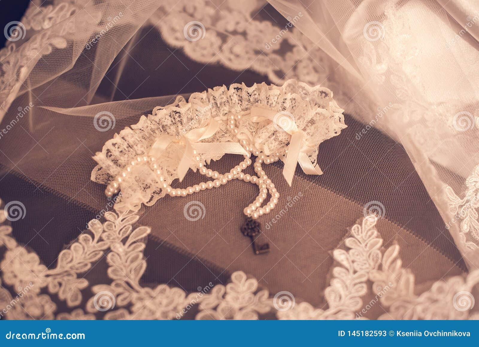 Невеста носит браслет в наличии