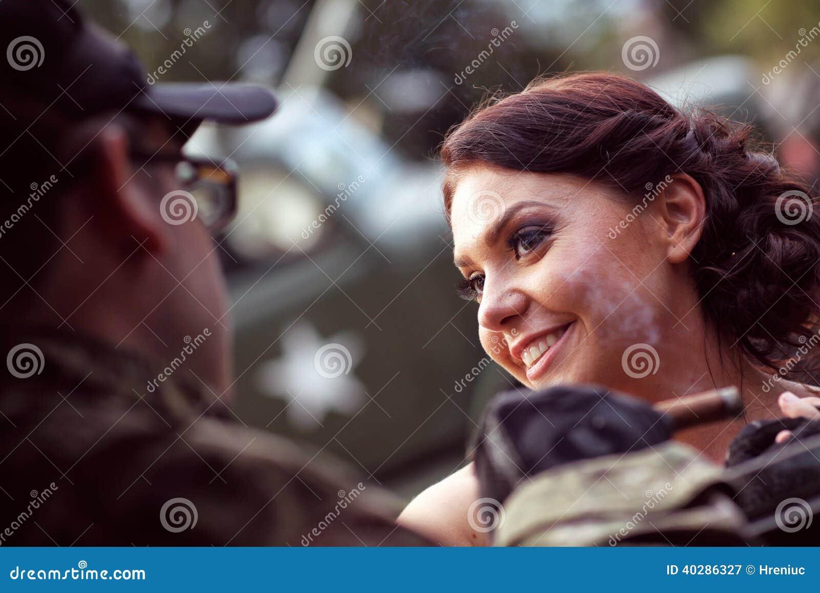 Невеста с ее костюмом армии groom нося