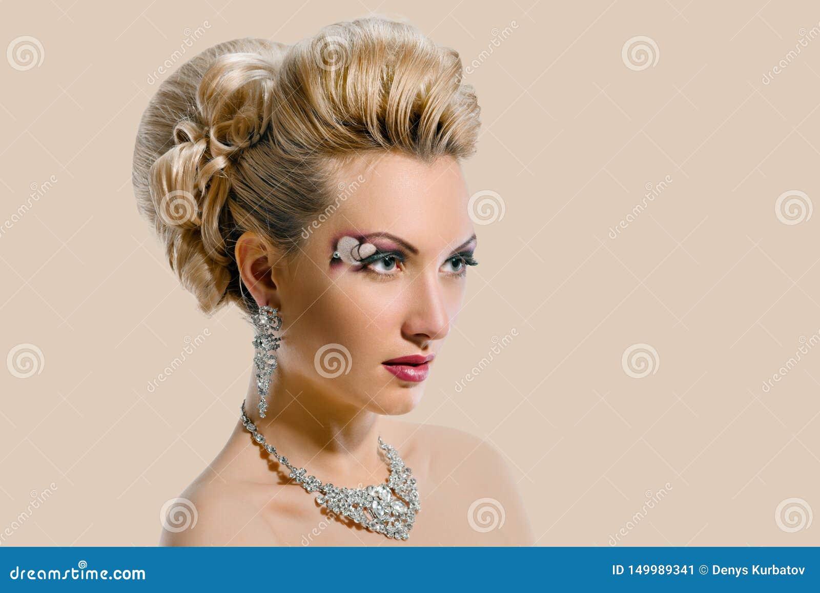 Невеста с творческими макияжем и стилем причесок