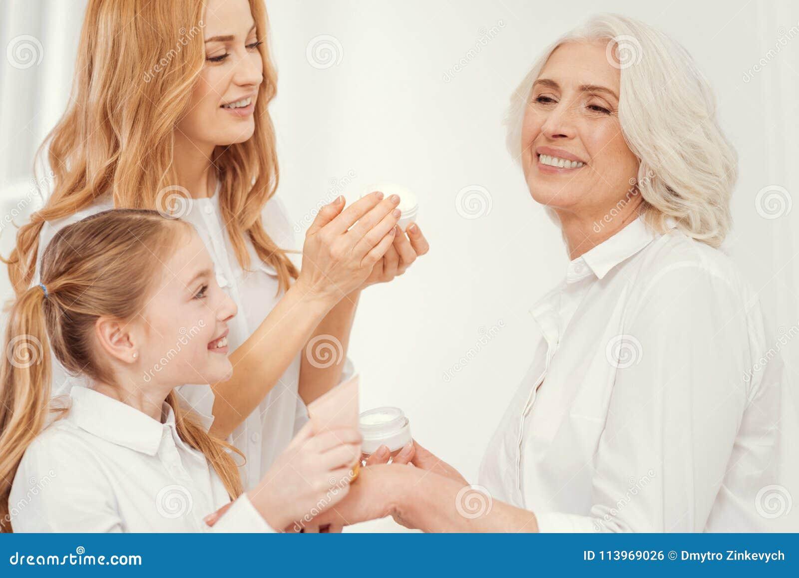Нежная мать и дочь позаботить о красивая бабушка