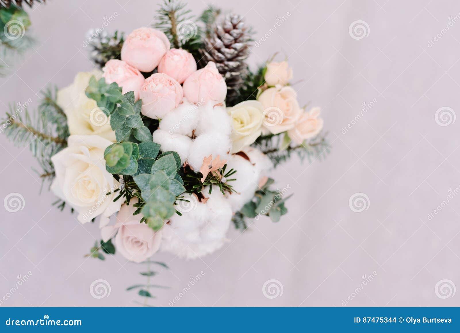Нежный букет свадьбы роз, конуса и хлопка, крупного плана