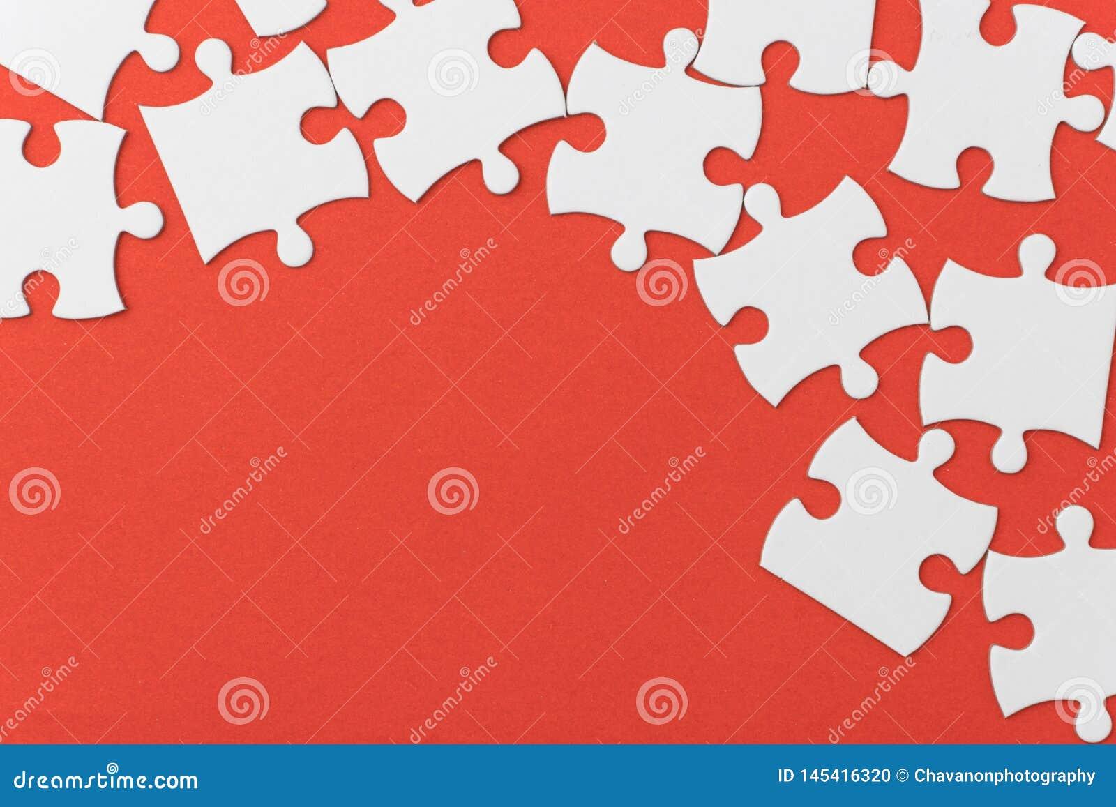 Незаконченная текстура мозаики на красной предпосылке концепция соединения концепция идеи концепция ассоциации