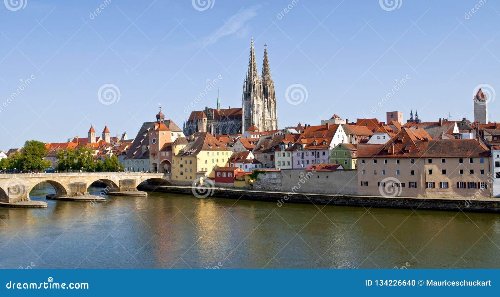 Немецкий старый городок Регенсбург на реке Дунай