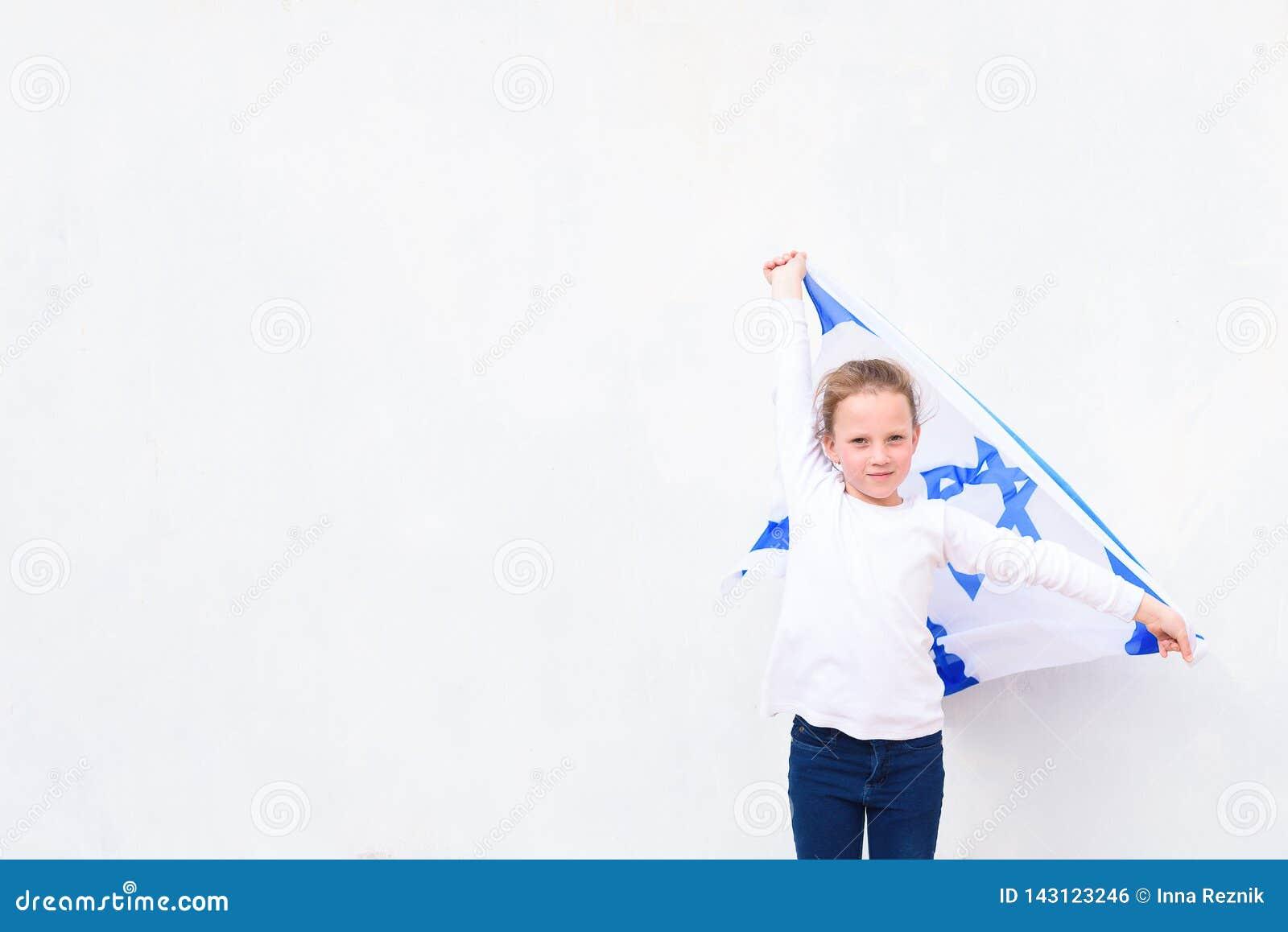 Немногое девушка патриота еврейская с флагом Израилем на белой предпосылке