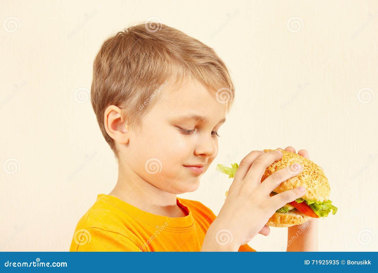 Немногое отрезало мальчика с вкусным гамбургером