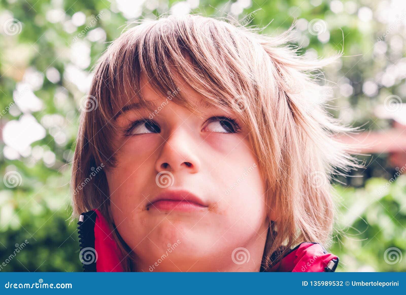 Немногое aexpression стороны ребенка ребенка соединения сердитого на открытом воздухе сензорные