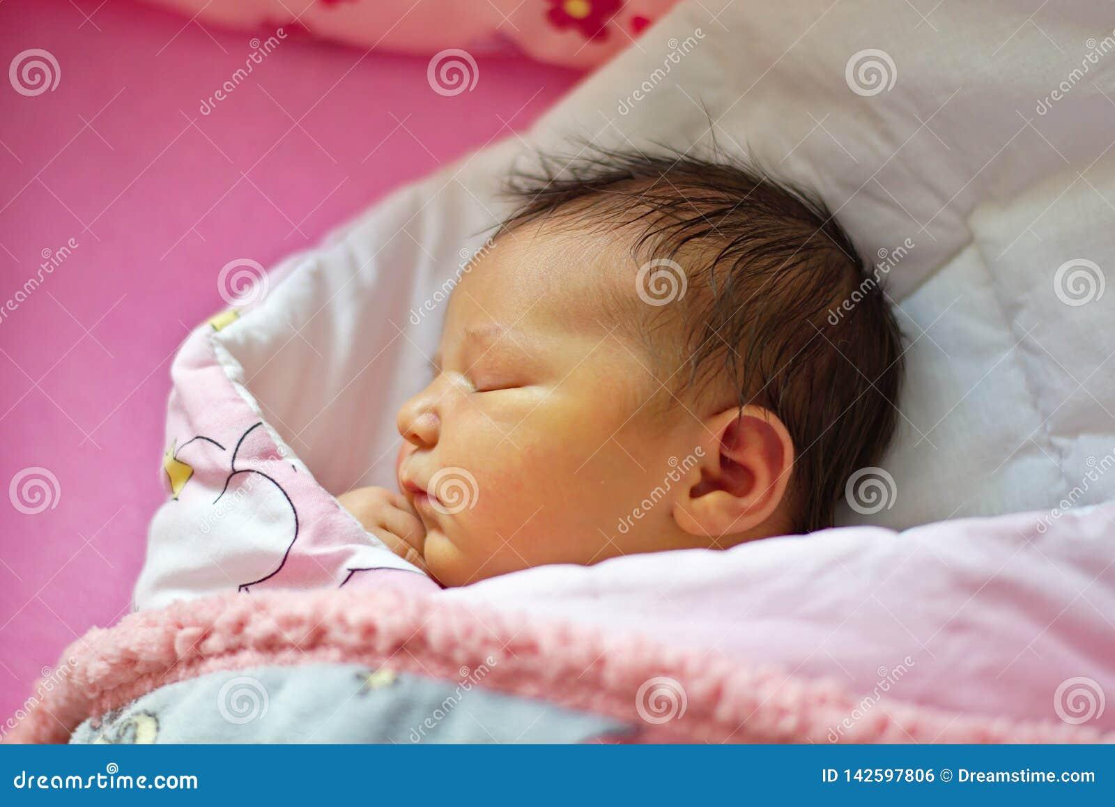 Немногое newborn ребенок спать славный