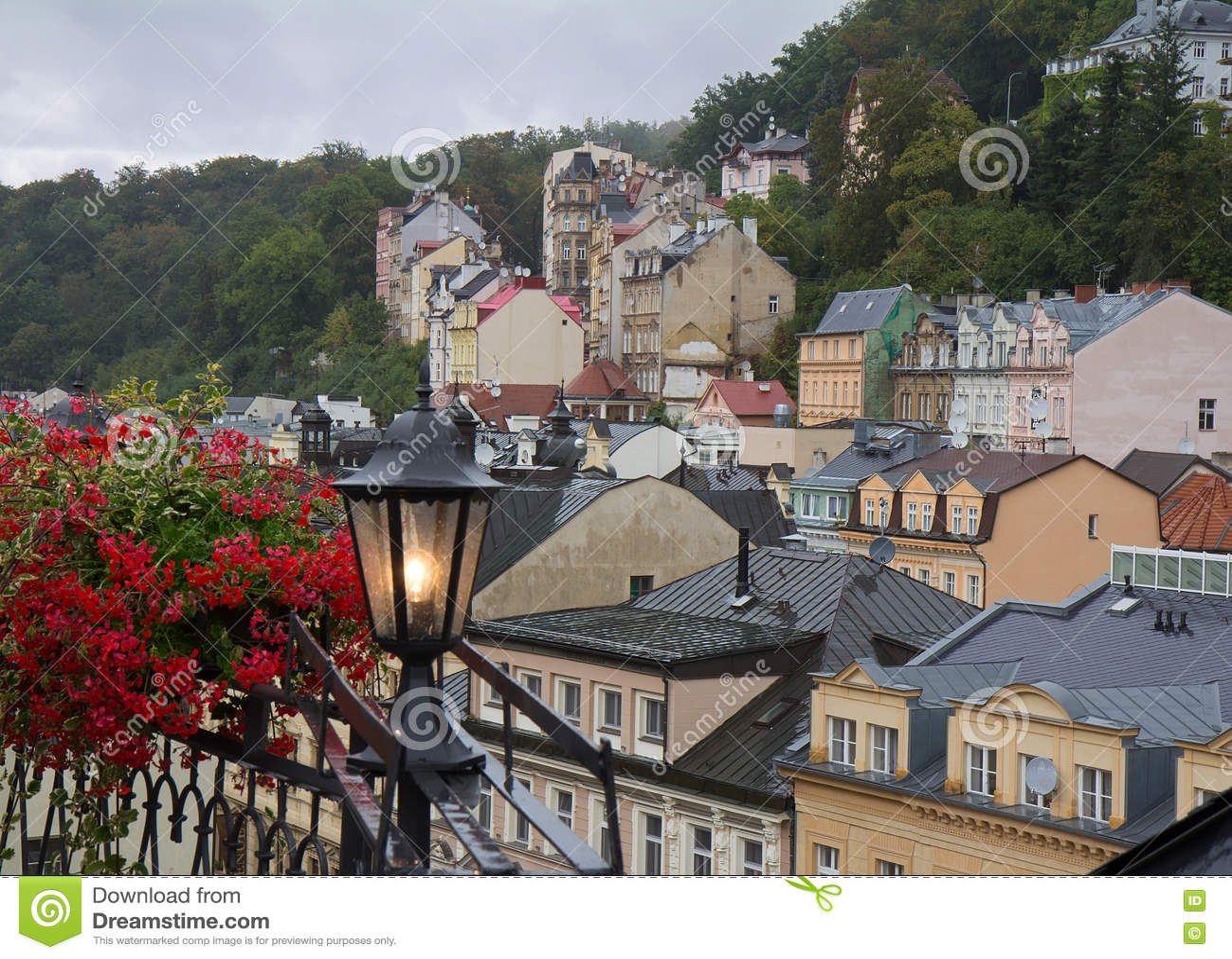 Ненастный туманный день дня в Karlovy меняет & x28; Karlsbad& x29; над взглядом