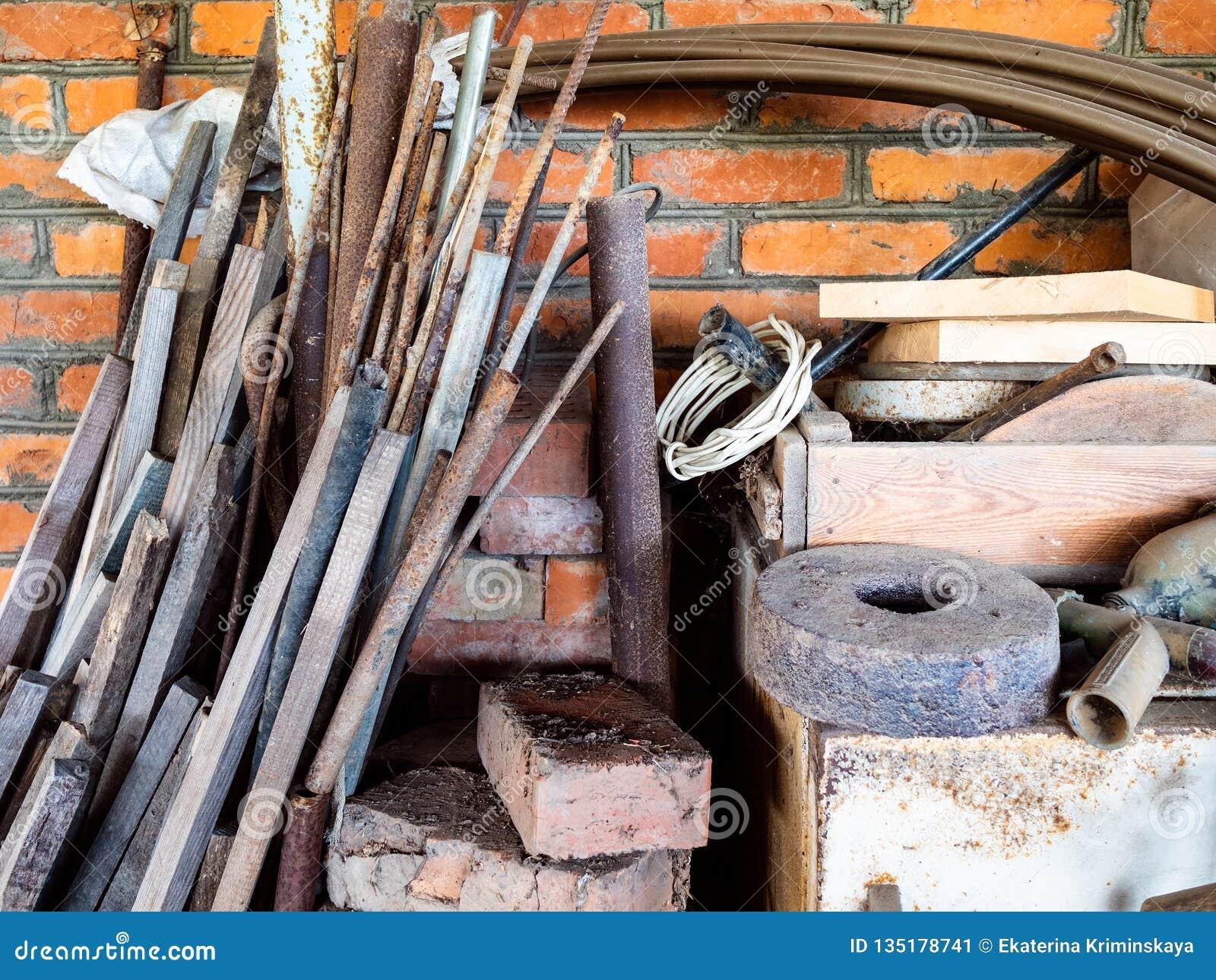 Ненужные инструменты в деревенском сарае