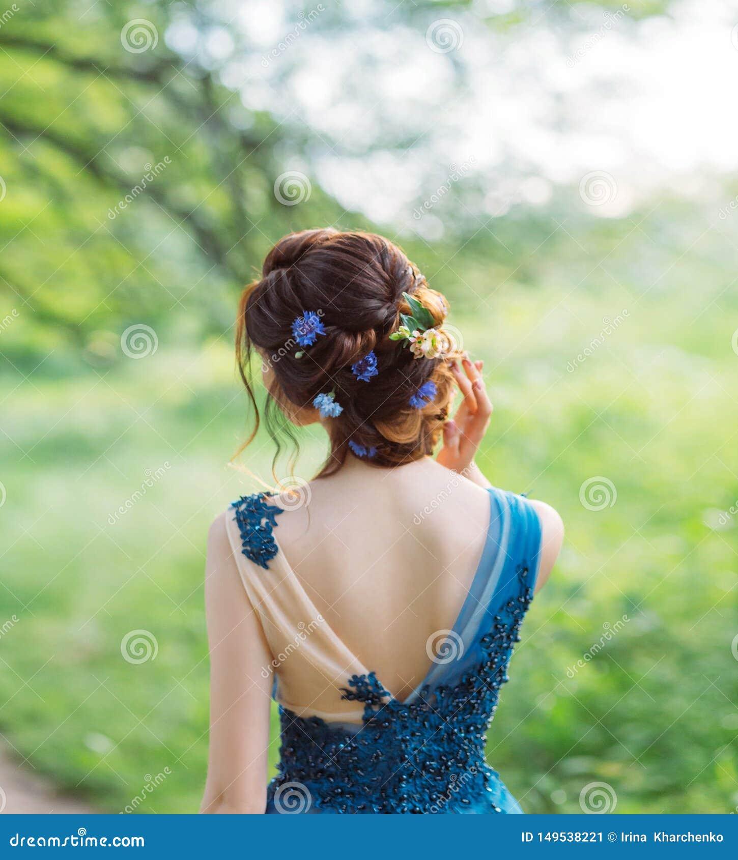 Необыкновенный крутой шикарный стиль причесок для длинных темных волос, работа парикмахера, изображение для градации и свадьба, н