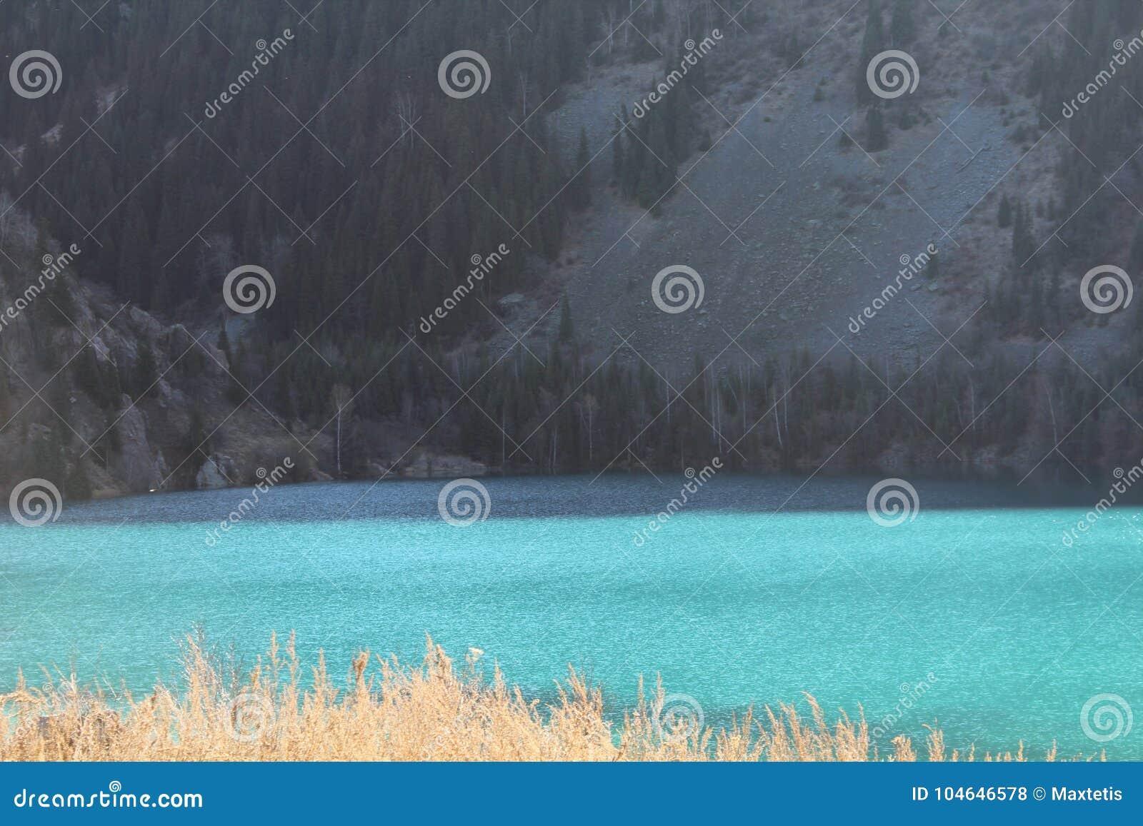 Необыкновенный цвет воды в озере горы