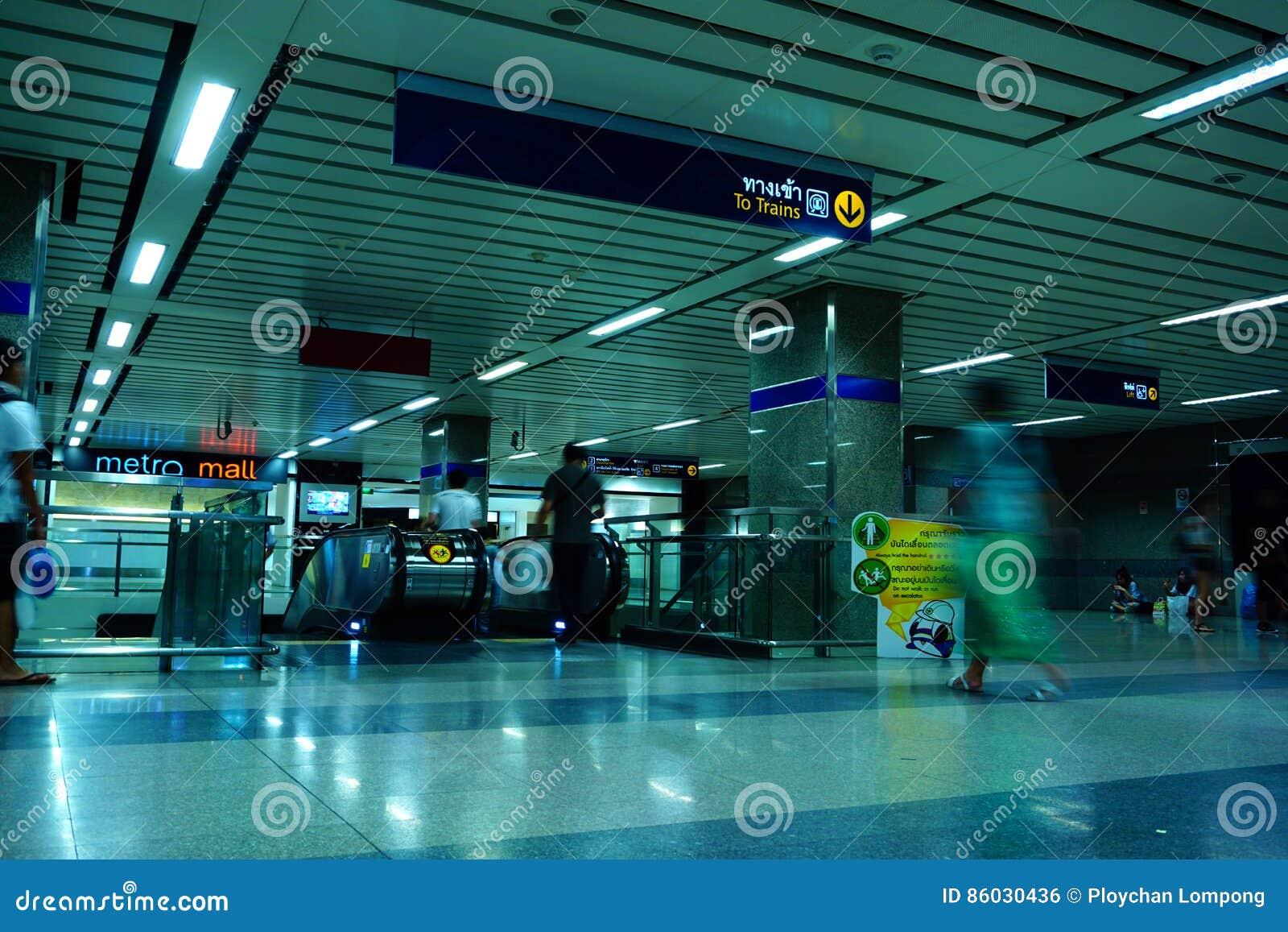 Неопознанные путешественники внутри входа MRT к станции метро MRT служит 240.000 пассажиров ежедневно с 20 km города