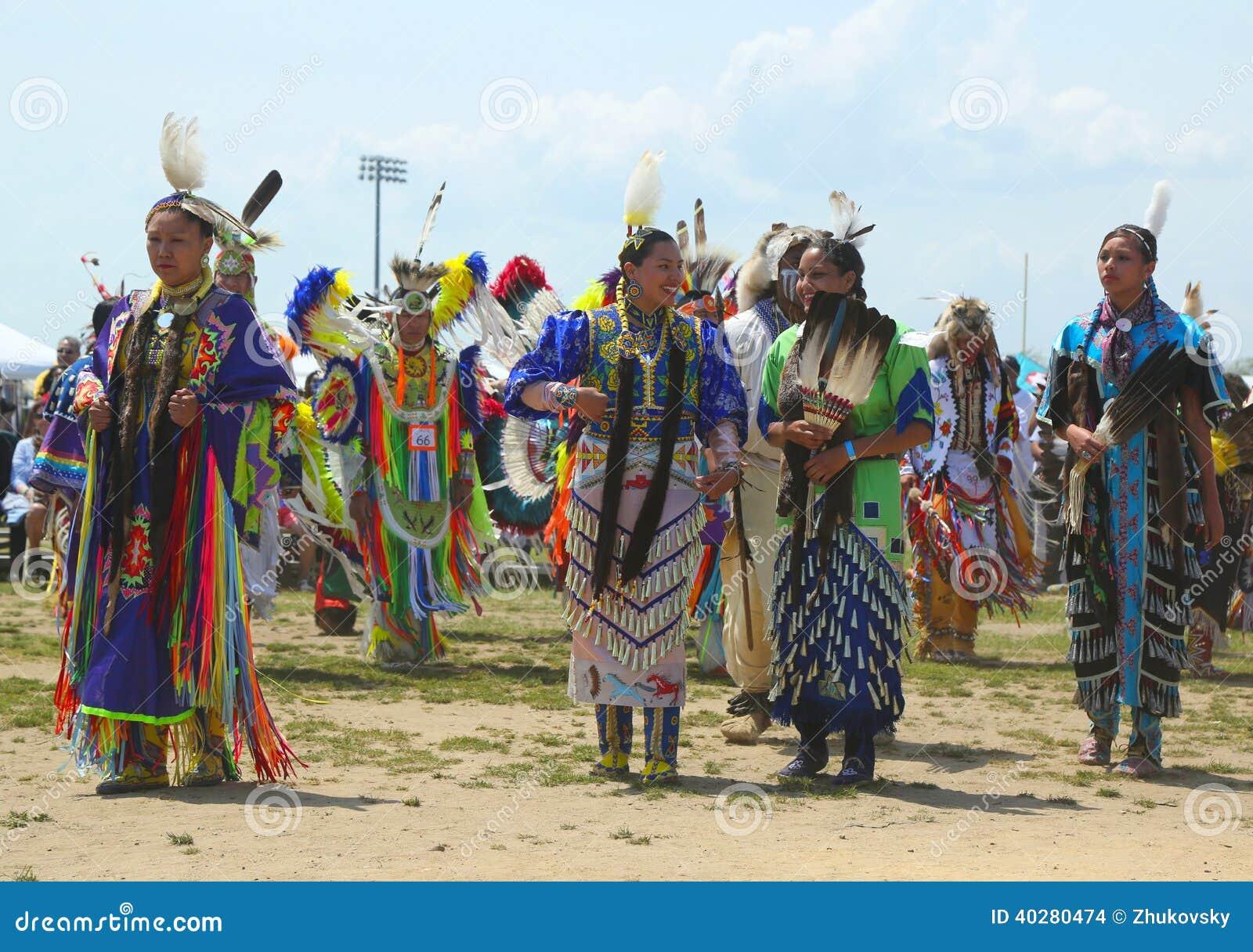 Неопознанные танцоры коренного американца на вау плена NYC в Бруклине