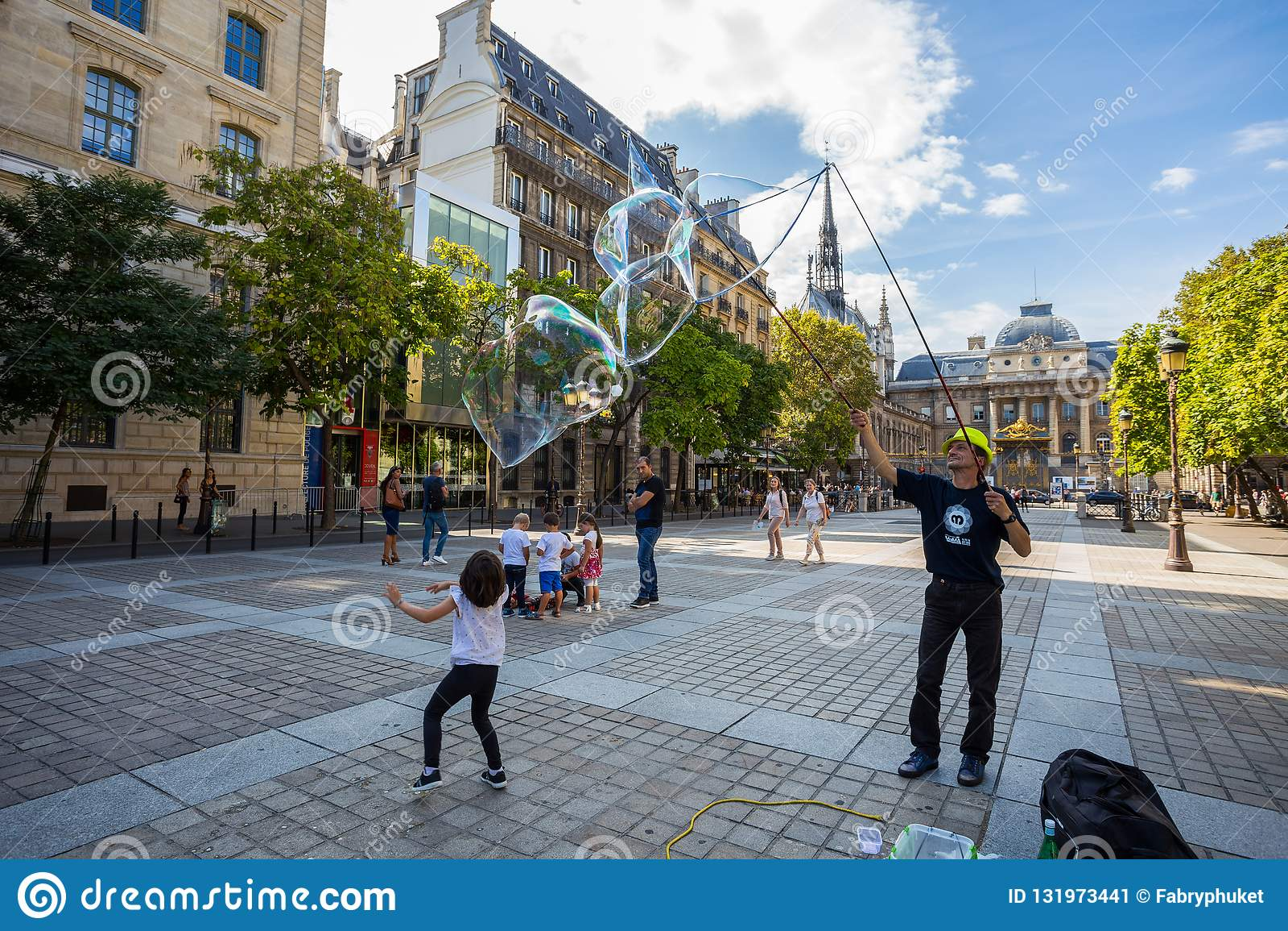 Неопознанный художник улицы дует огромные красочные пузыри мыла в Париже, Франции