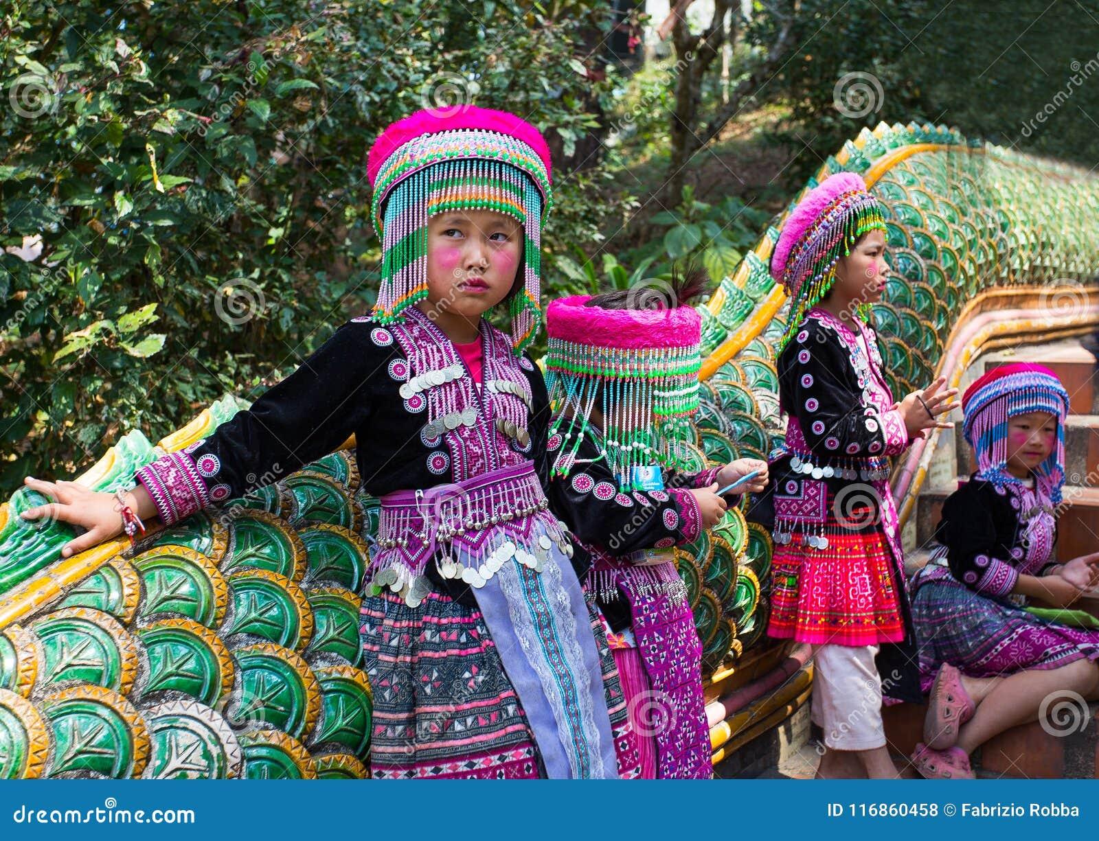 3 неопознанных дет Akha представляют для туристских фото на Wat Phratat Doi Suthep дальше в Чиангмае, Таиланде