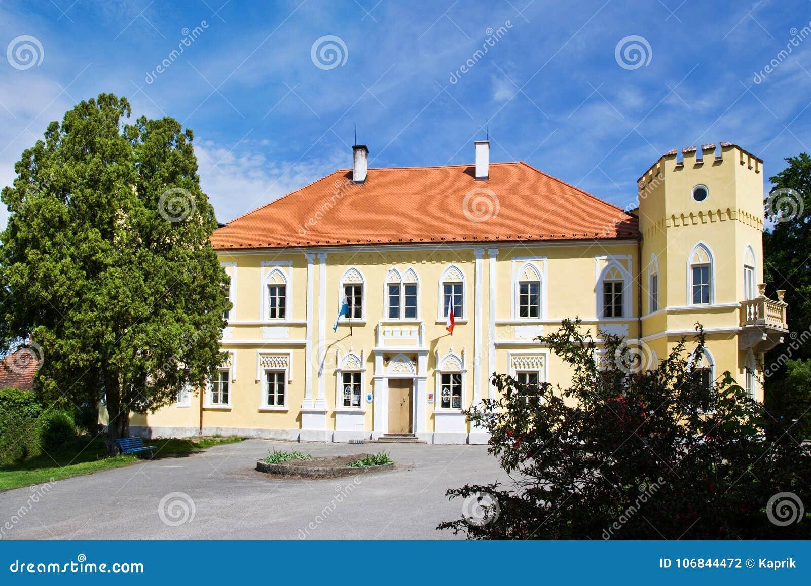 Нео-готический замок от 1650, городок Petrovice, центральная богемская зона, чехия