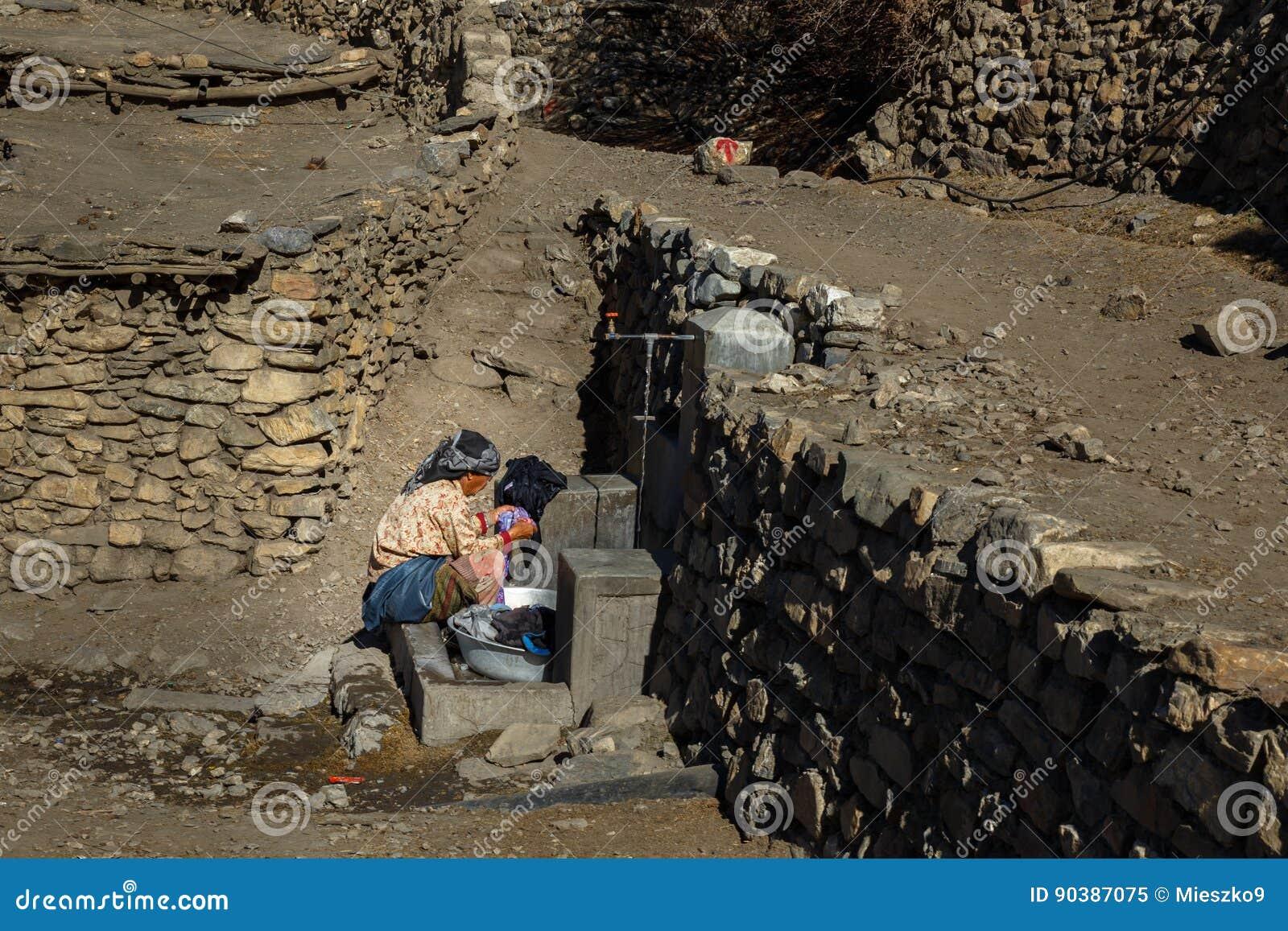 Непальская женщина моет одежды