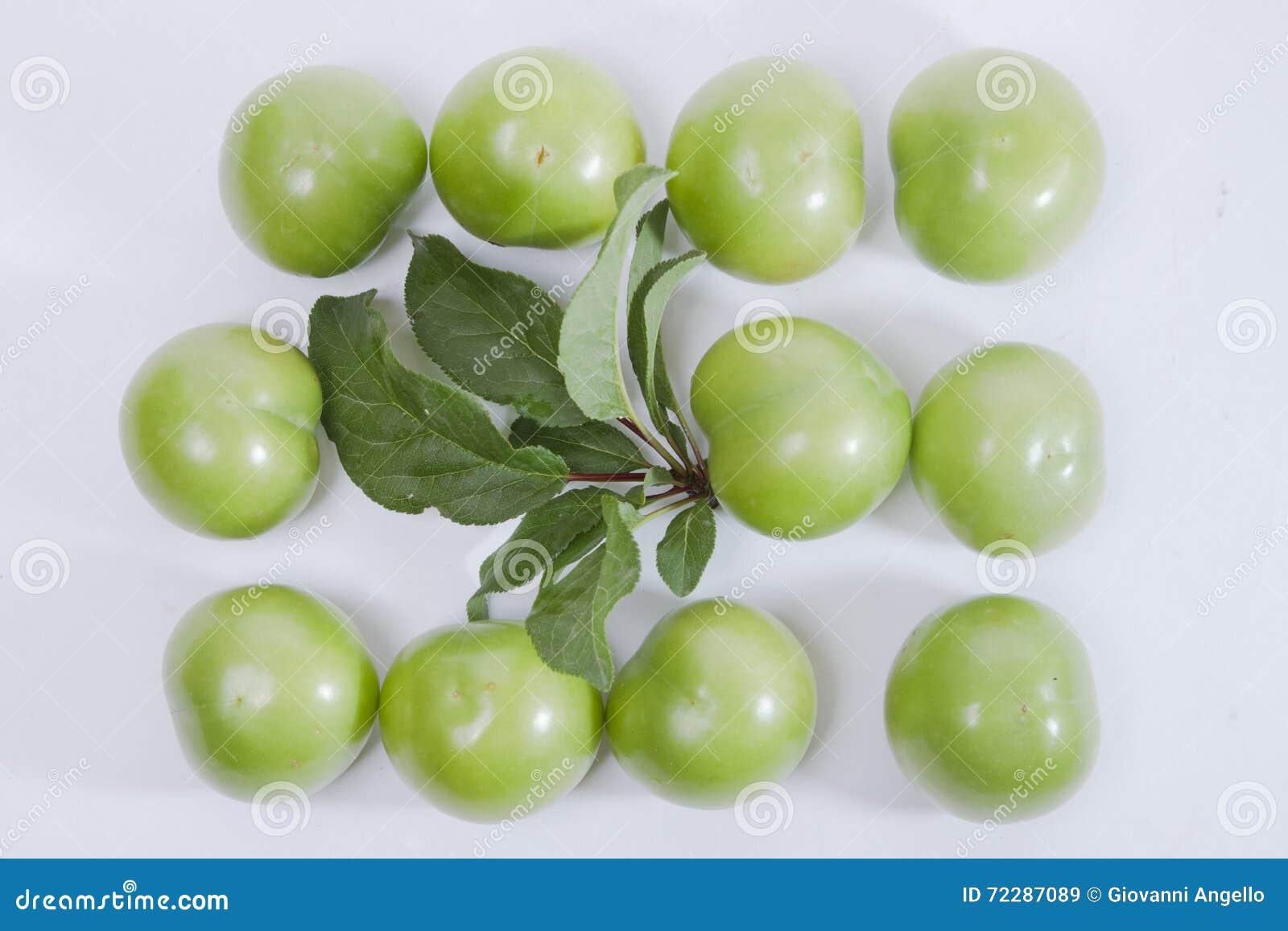 Download Неполовозрелые зеленые слива и лист Стоковое Изображение - изображение насчитывающей green, десерт: 72287089