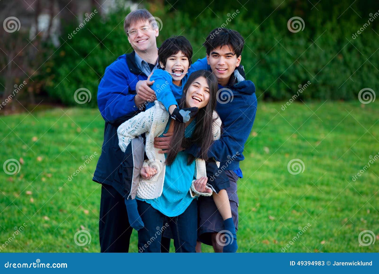 Неработающие biracial автожелезнодорожные перевозки на его сестре, семья катания ребенка