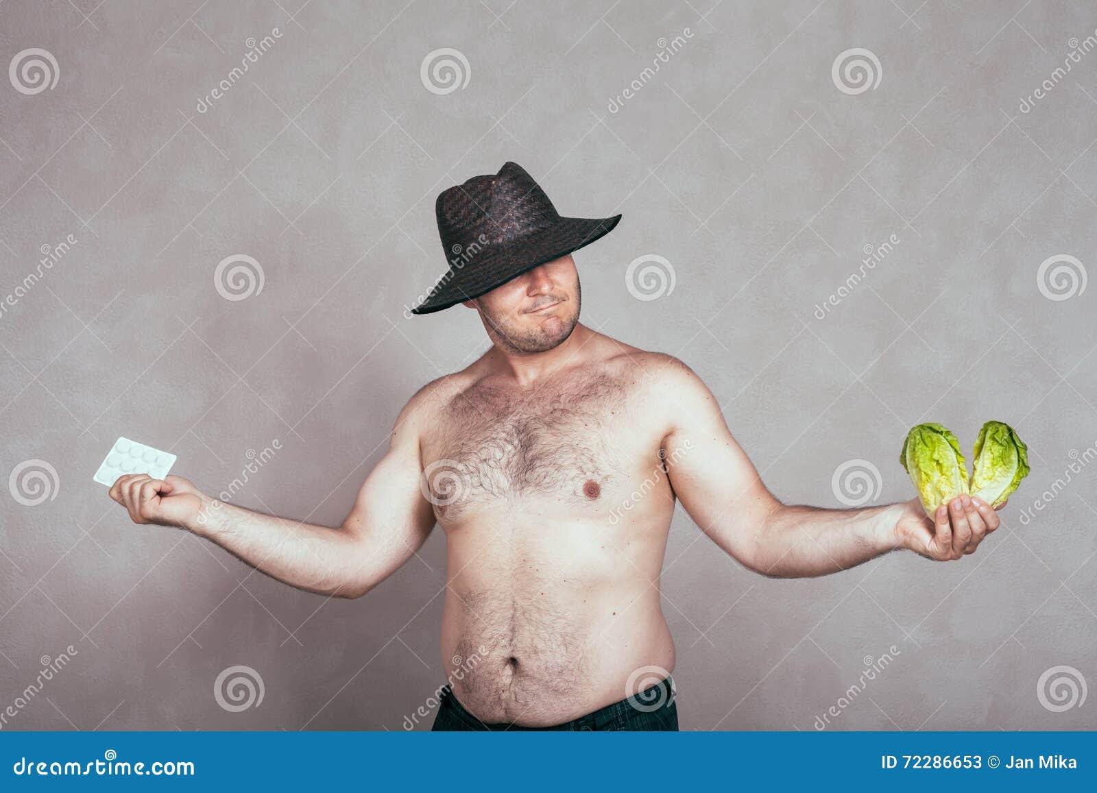 Download Нерешительный нагой корпулентный человек с фармацевтической продукцией и Vegetabl Стоковое Изображение - изображение насчитывающей зенитное, снадобье: 72286653