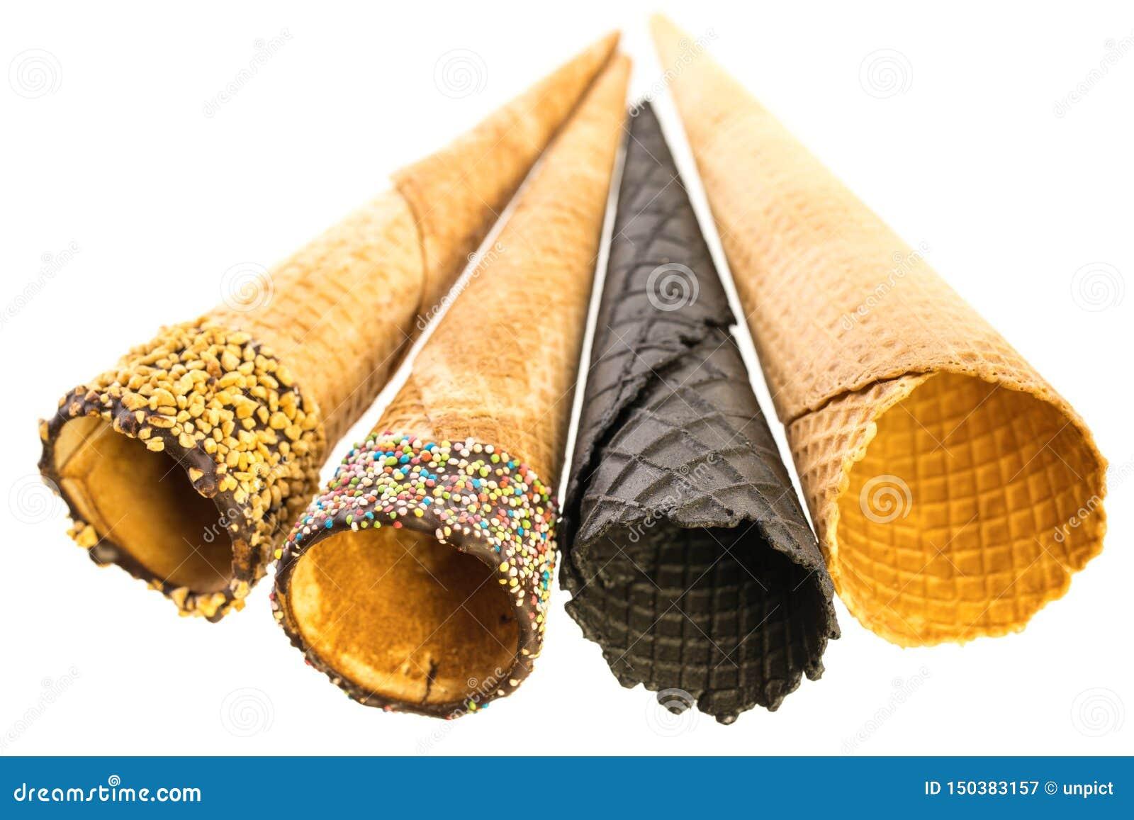 Несколько различных пустых конусов мороженого изолированных на белой предпосылке