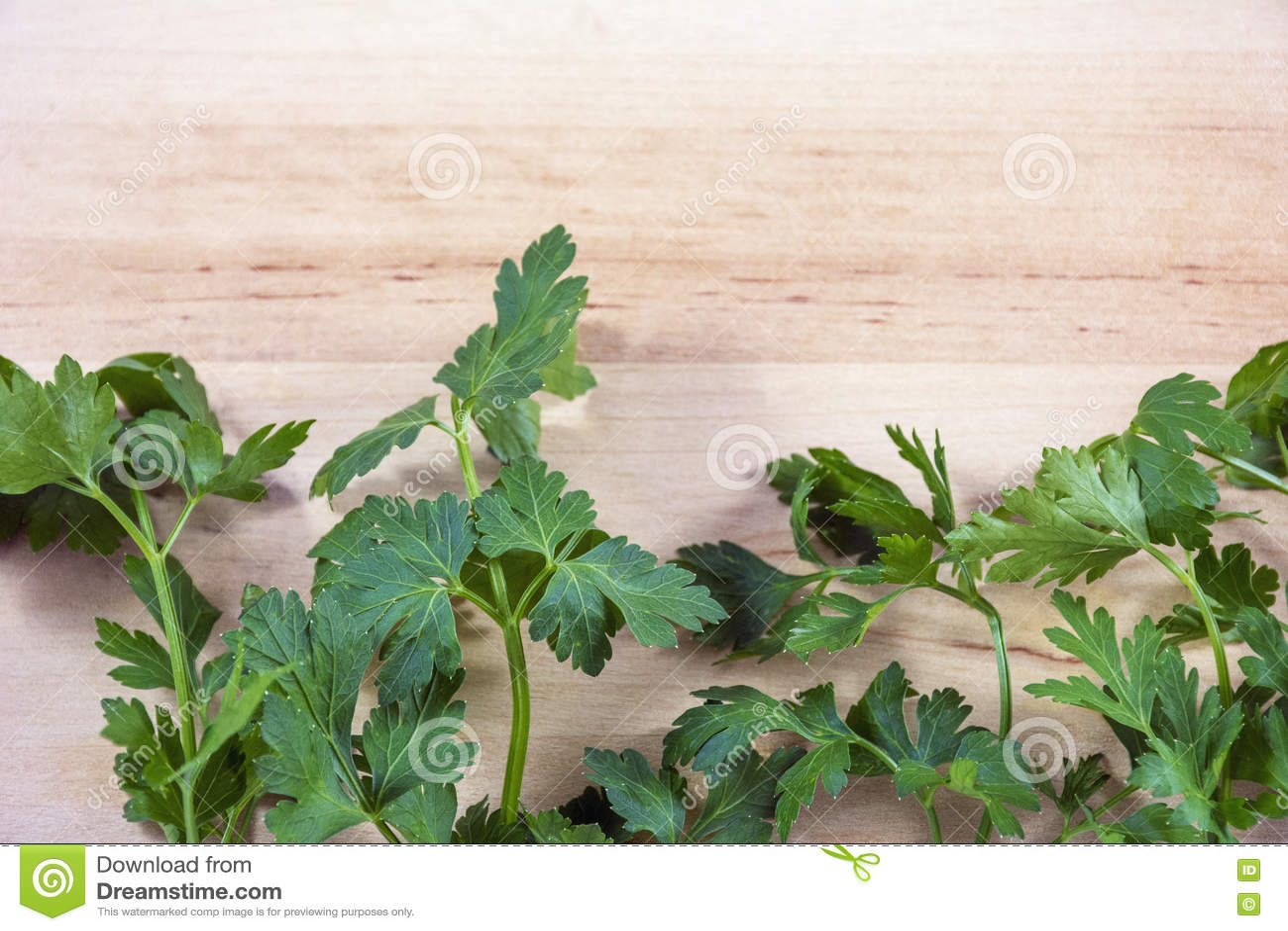 Download Несколько хворостин петрушки на деревянной предпосылке Стоковое Фото - изображение насчитывающей здорово, greenery: 72299716