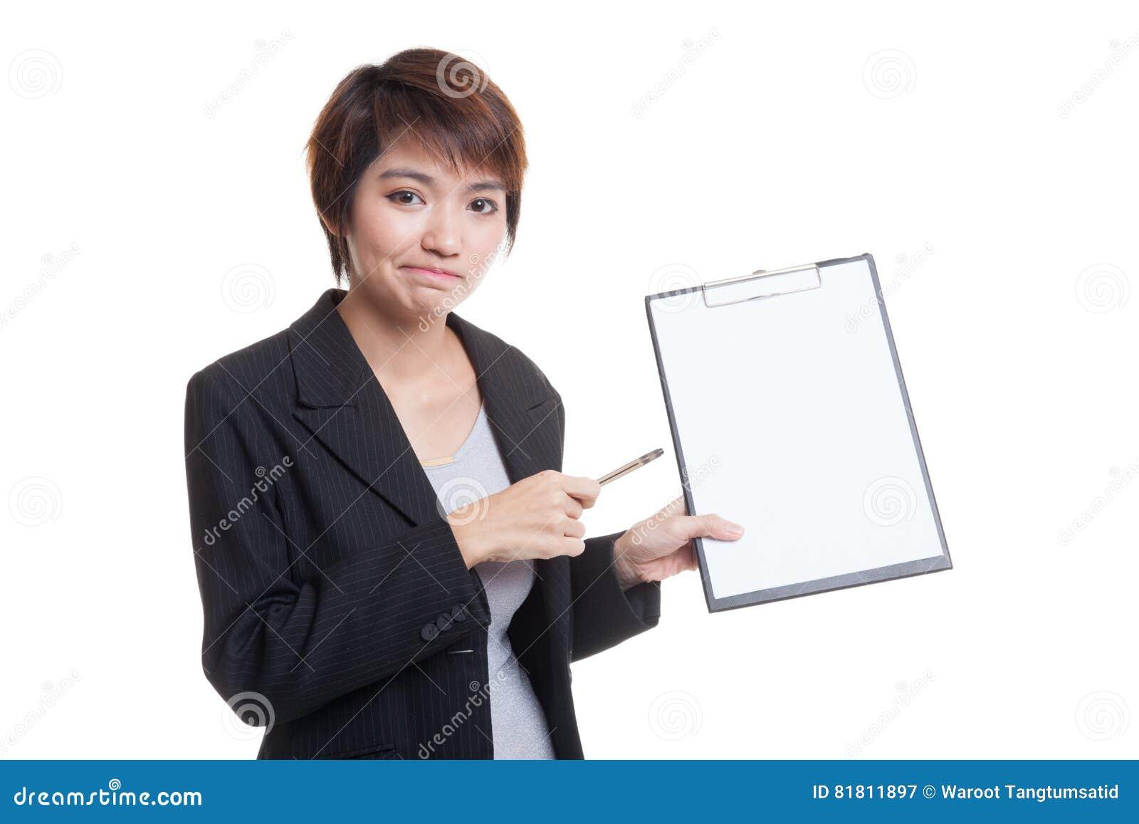 Несчастный азиатский пункт бизнес-леди к доске сзажимом для бумаги с ручкой