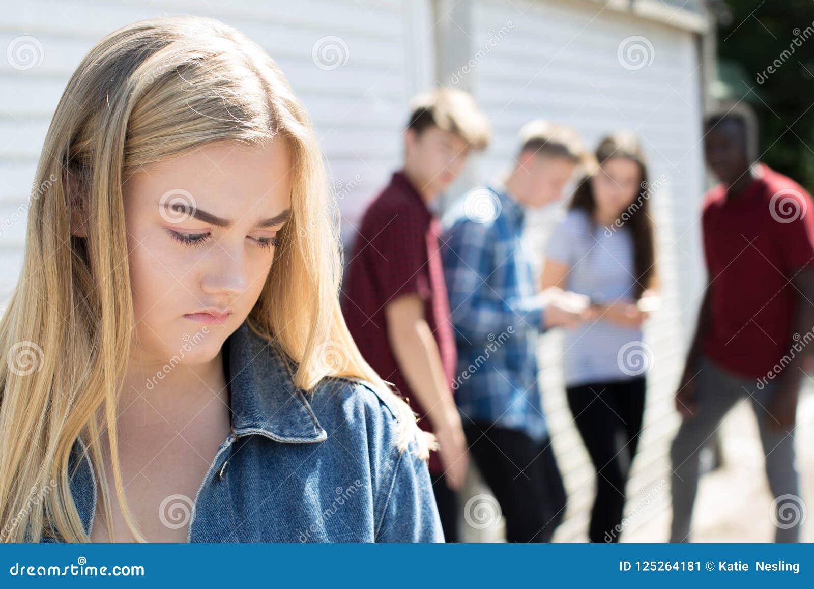 Несчастный девочка-подросток будучи злословить около пэрами