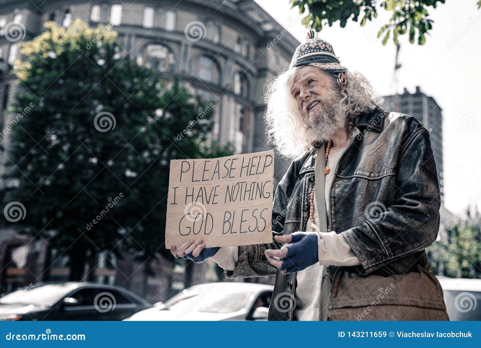 Несчастный длинн-с волосами грязный человек быть безработный и едва оставаясь живой