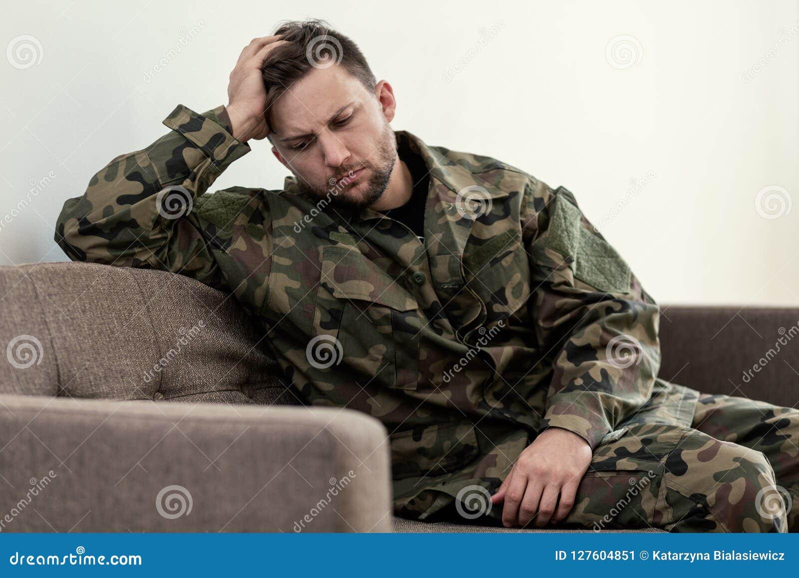 Несчастный и унылый солдат в зеленой форме moro с синдромом войны