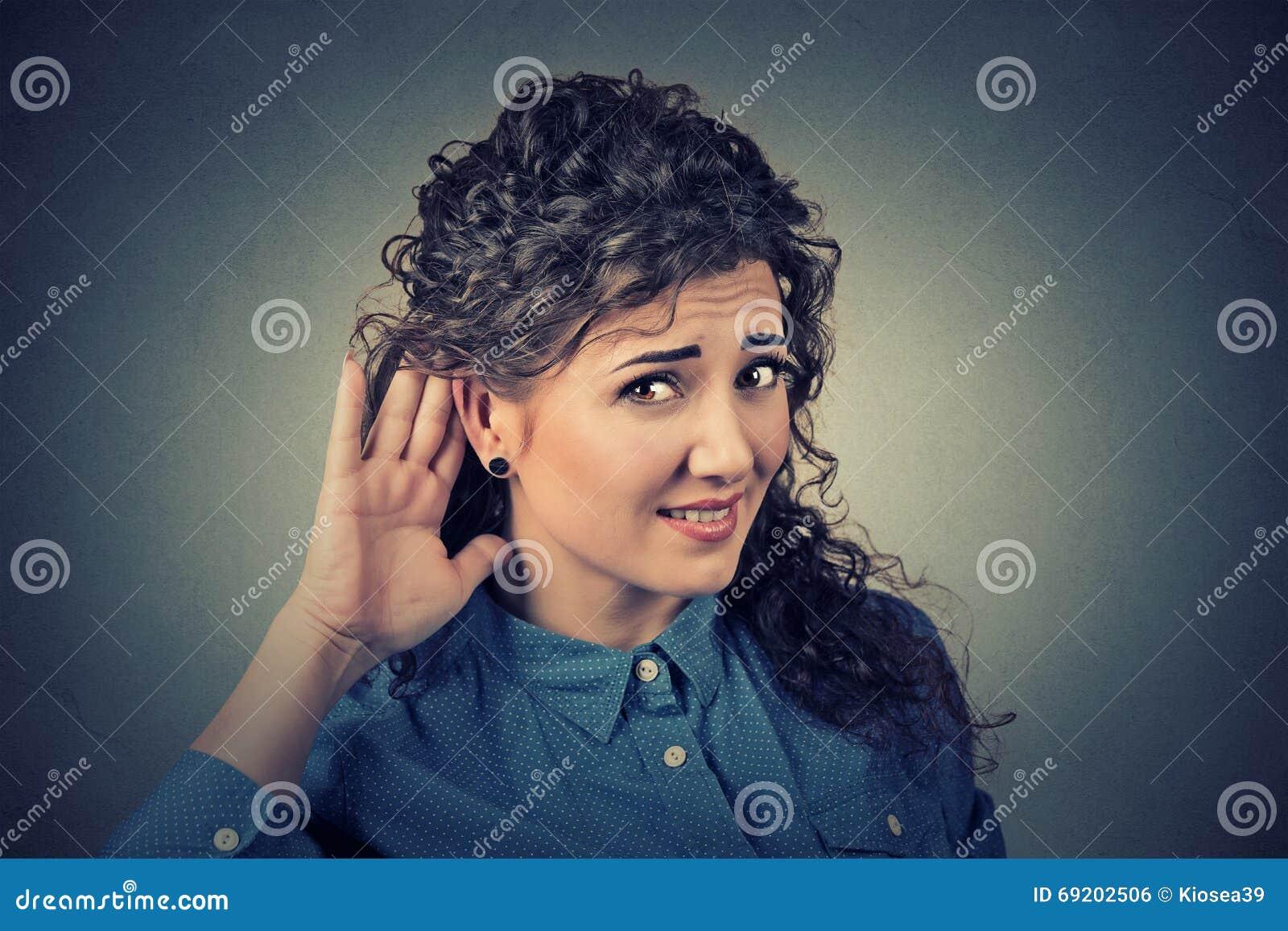 Несчастный крепко женщины слуха устанавливая руку на ухе спрашивая, что кто-то поговорило вверх