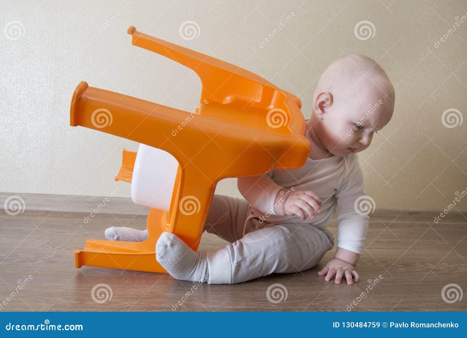 Несчастный маленький младенец повернул бак сверх